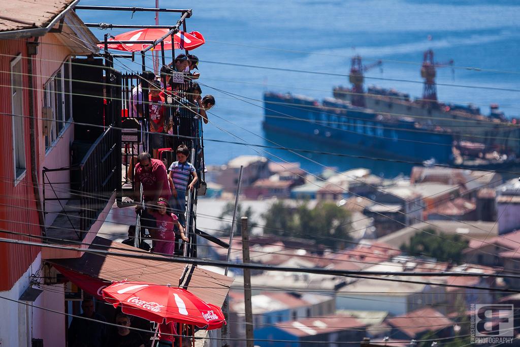 Die Sicht hier in Valparaiso ist einfach von überall Atemberaubend. Mit Red Bull dieses Jahr stieg der Hype massiv, sodass die Fans einfach  von jedem Balkon und Fenster am Streckenrand zusahen.