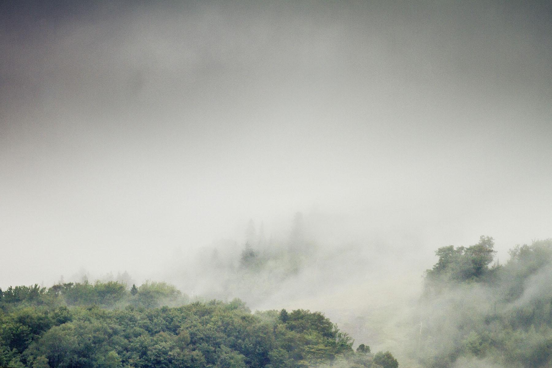 Ein leicht abschreckender Blick auf die Berge. Die Wolken hingen tief und regneten sich ab. Eine gelungene Abwechslung für den sonst eher trockenen, staubigen Track.