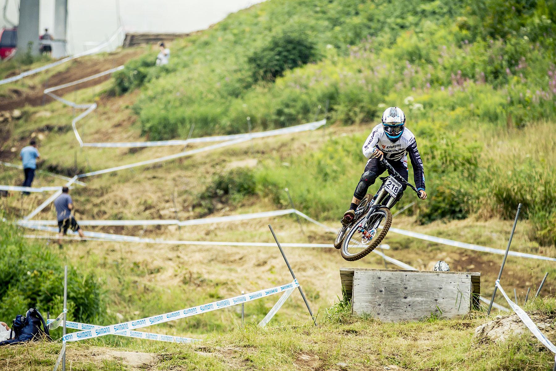 Lappierre Junior-Fahrer Loris Vergier beim Jump von der Holzbrücke.