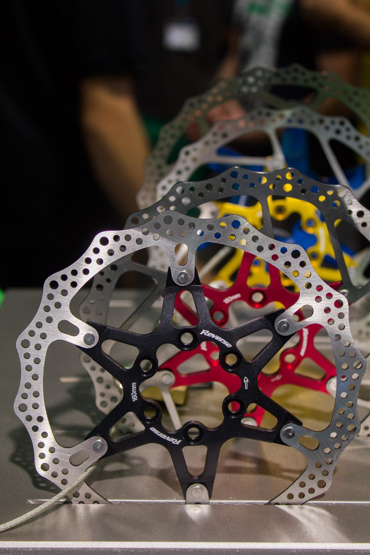 Der farbenfrohe Komponenthersteller Reverse bietet zukünftig auch Bremsscheiben in verschiedenen Farben an.
