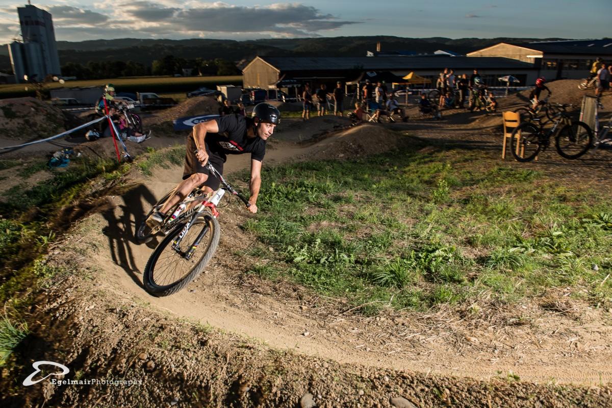 Der amtierende 4Cross Weltmeister und Greenhouse Champion liess es sich nicht nehmen beim Pumptrack Night Race teilzunehmen (Foto: EgelmairPhotography – Christian Egelmair)