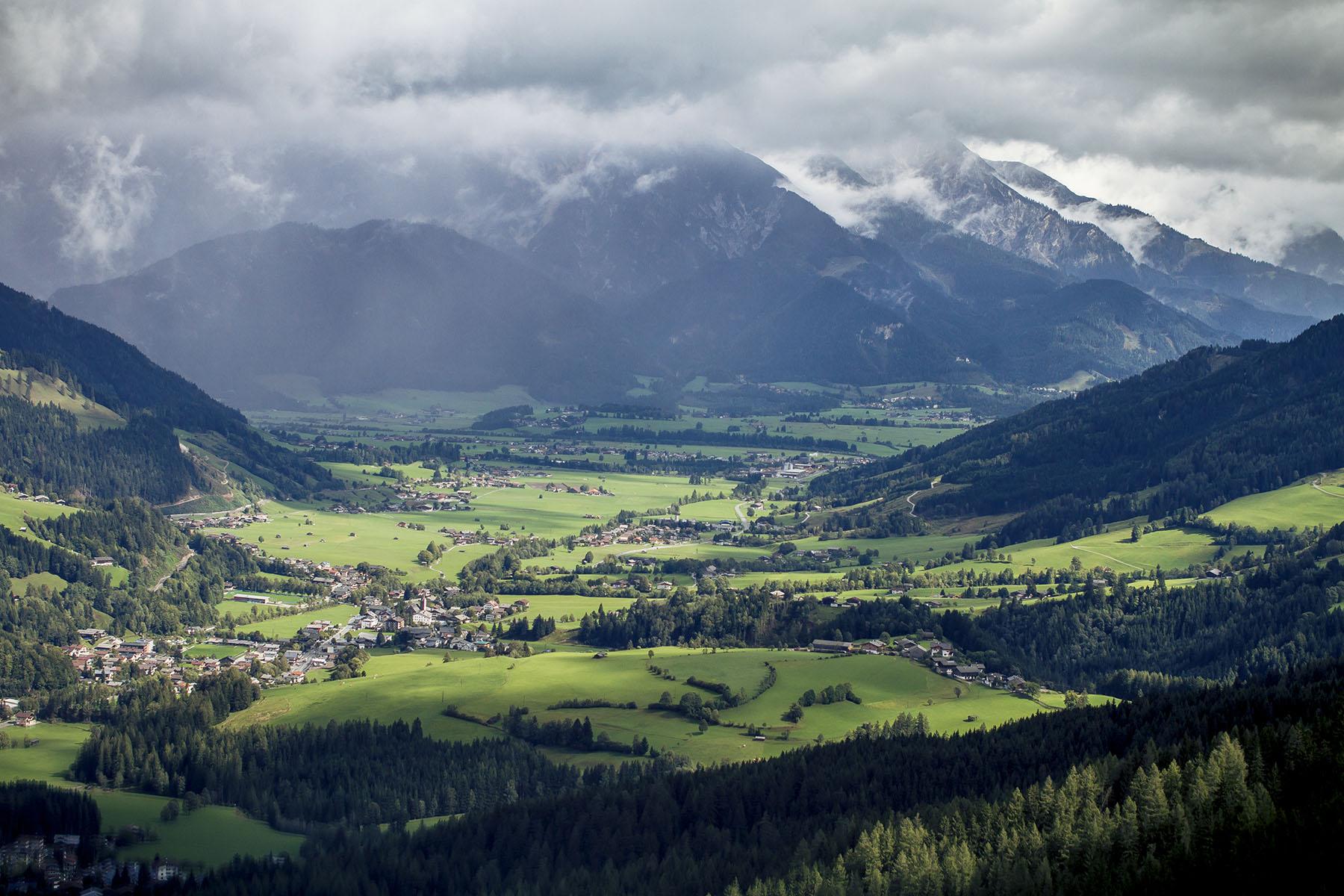 Willkommen in Österreich! Das wird eine spannende letzte Runde in Leogang! Gee Atherton und Steve Smith sind die Top-Anwärter auf den Gesamtsieg. Momentan trennen sie nur 17 Punkte.