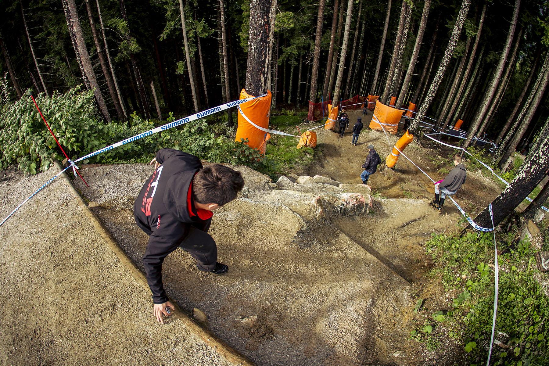 Schroffe Felsen erwarten die Fahrer direkt am Einstieg in den Wald. Nachdem allerdings einige Dutzend Fahrer hier runter geheizt sind, wird die Strecke an dieser Stelle am Sonntag ganz anders aussehen.