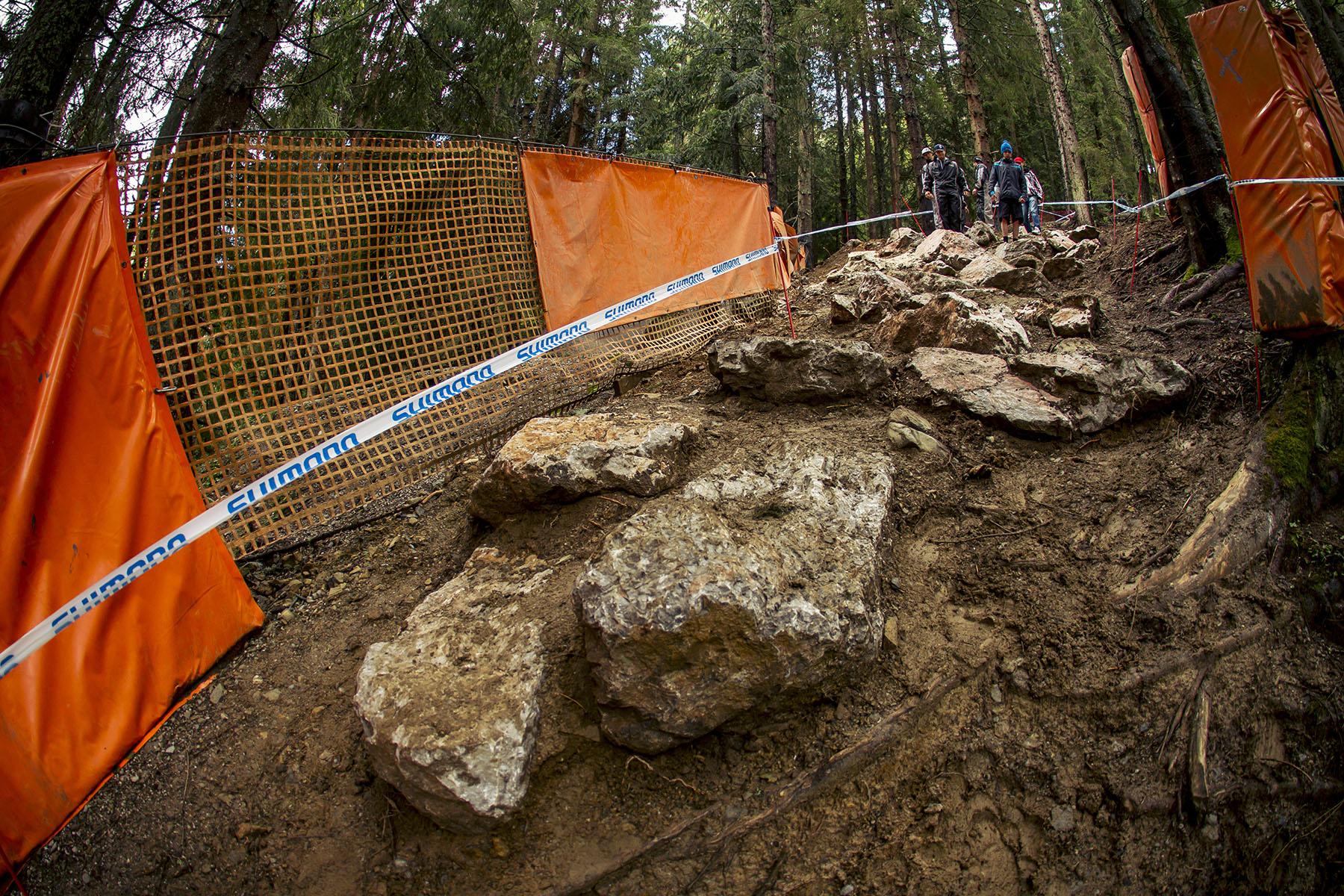 Eine frische Ladung Steine und Lehm zum Auffüllen der Lücken.