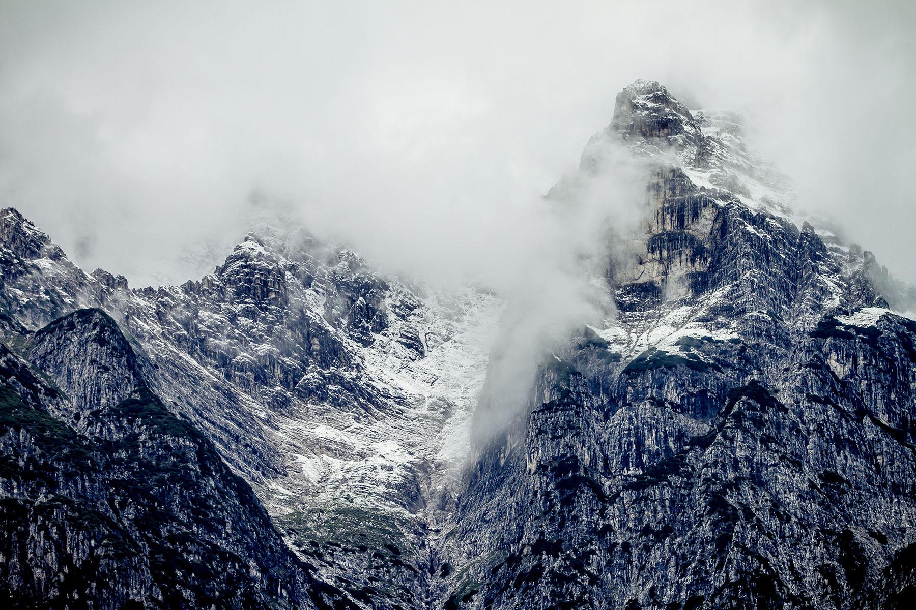 Die düsteren schneebedeckten Bergen im Hintergrund verraten, dass die Bike-Saison hier bald vorbei sein wird und stattdessen die Schneesportler anrücken werden.