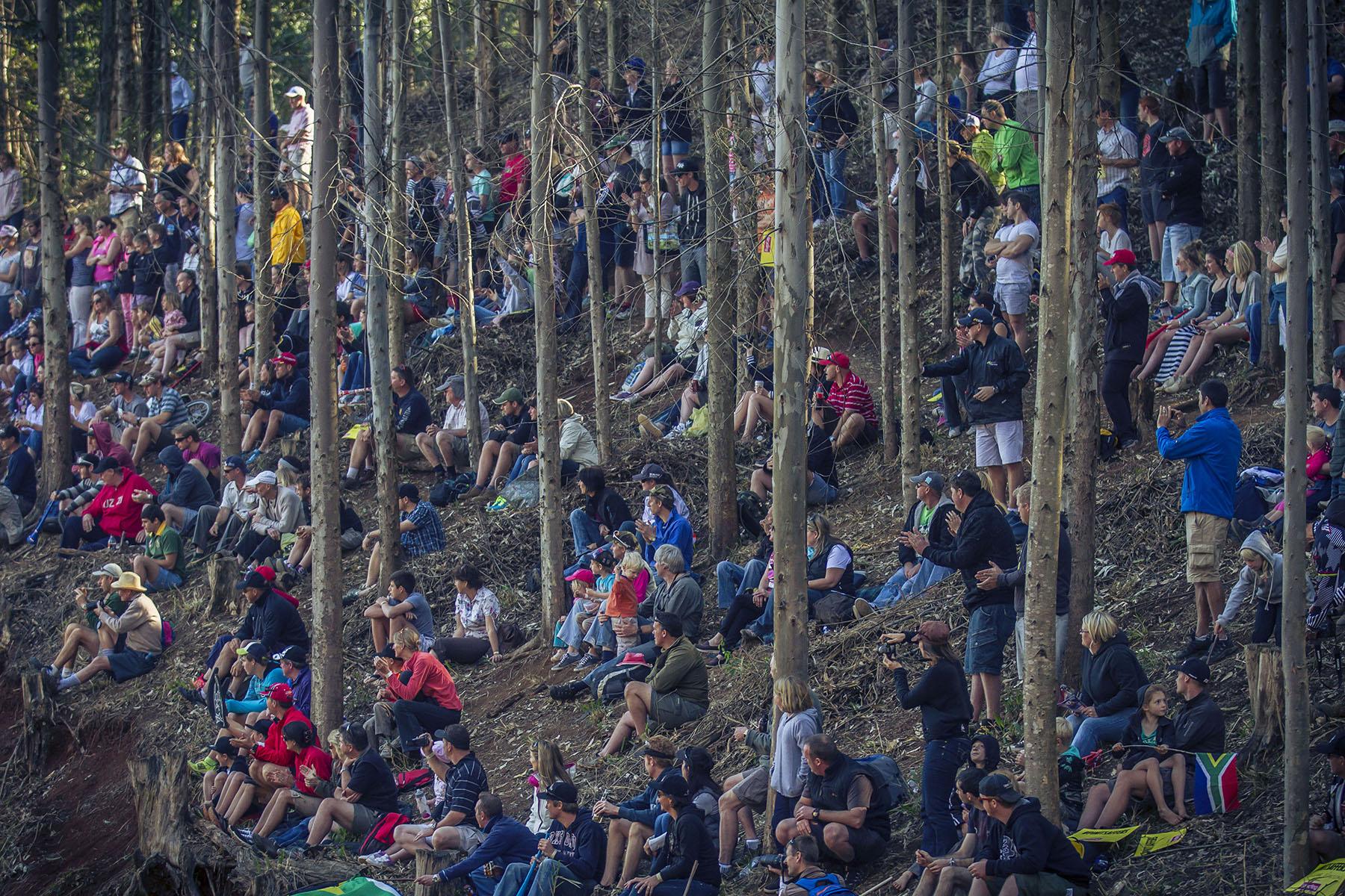 Jedes gute Fleckchen im Wald wurde von den vielen Zuschauern besetzt.
