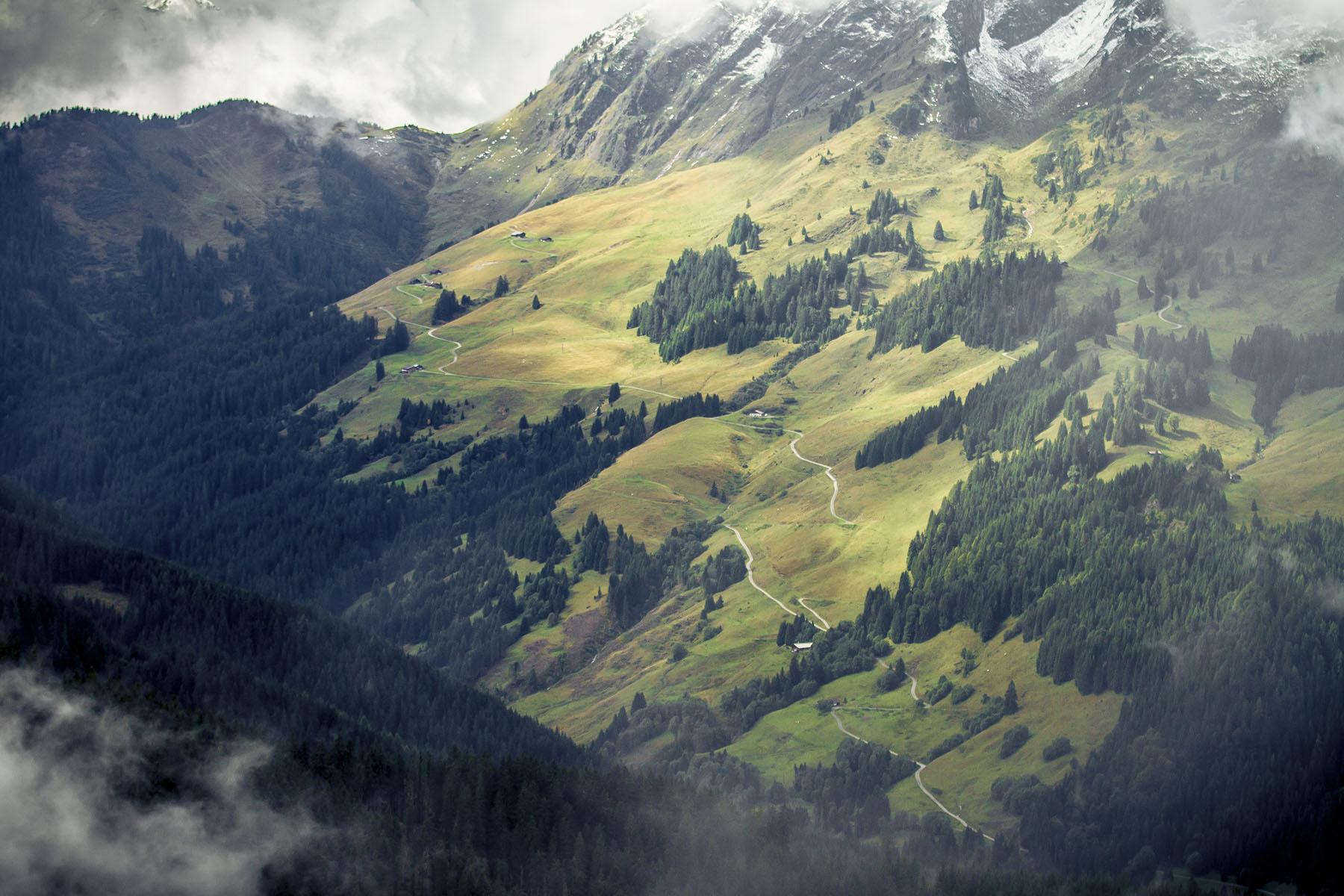 Der Sommer hat sich zwar etwas zurück gezogen, aber das Alpen-Panorama mit den schneebdeckten Bergen und dem Wolkendunst ist schon ziemlich imposant.