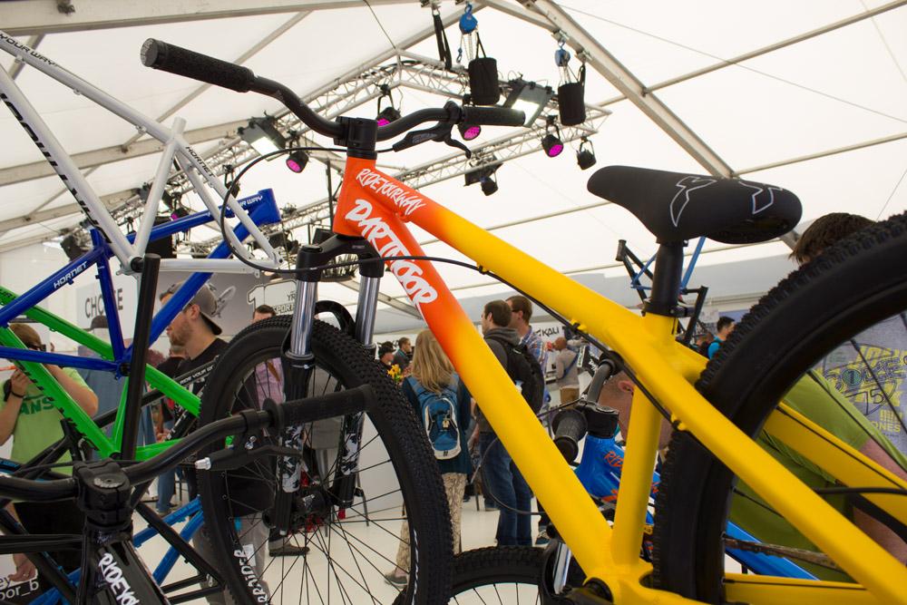 Dirtbike von Dartmoor, 1.099€, Alurahmen, Rock Shox Argyle R mit 100mm Federweg, Avid Elixir Bremsen, 11,85kg