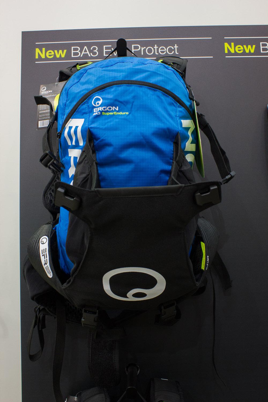 BA3 Evo Protect von Ergon. Enduro-Rucksack der mit  Rückenpolsterung ausgestattet ist, die die Motorradnorm erfüllt. Der Rucksack ist für Rennen konzipiert und bietet volle Bewegungsfreiheit.