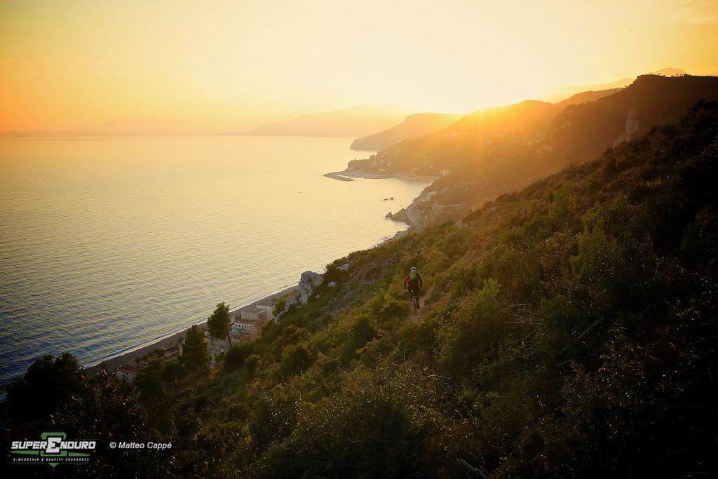 Malerische Küsten-Trails