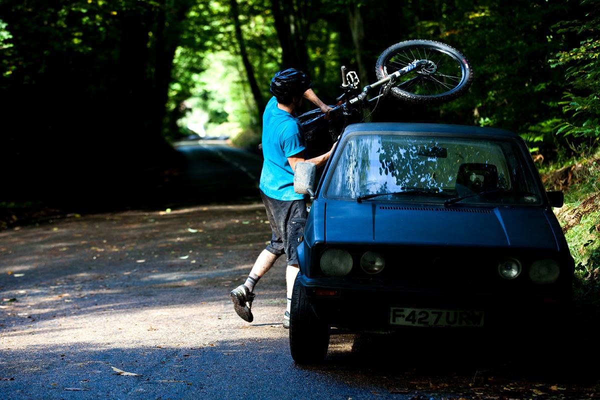Olly erregt mit seinem kleinen Pickup jedes Mal Aufsehen und wird oft von Fotografen gebeten, sein Bike raus und rein zu hieven