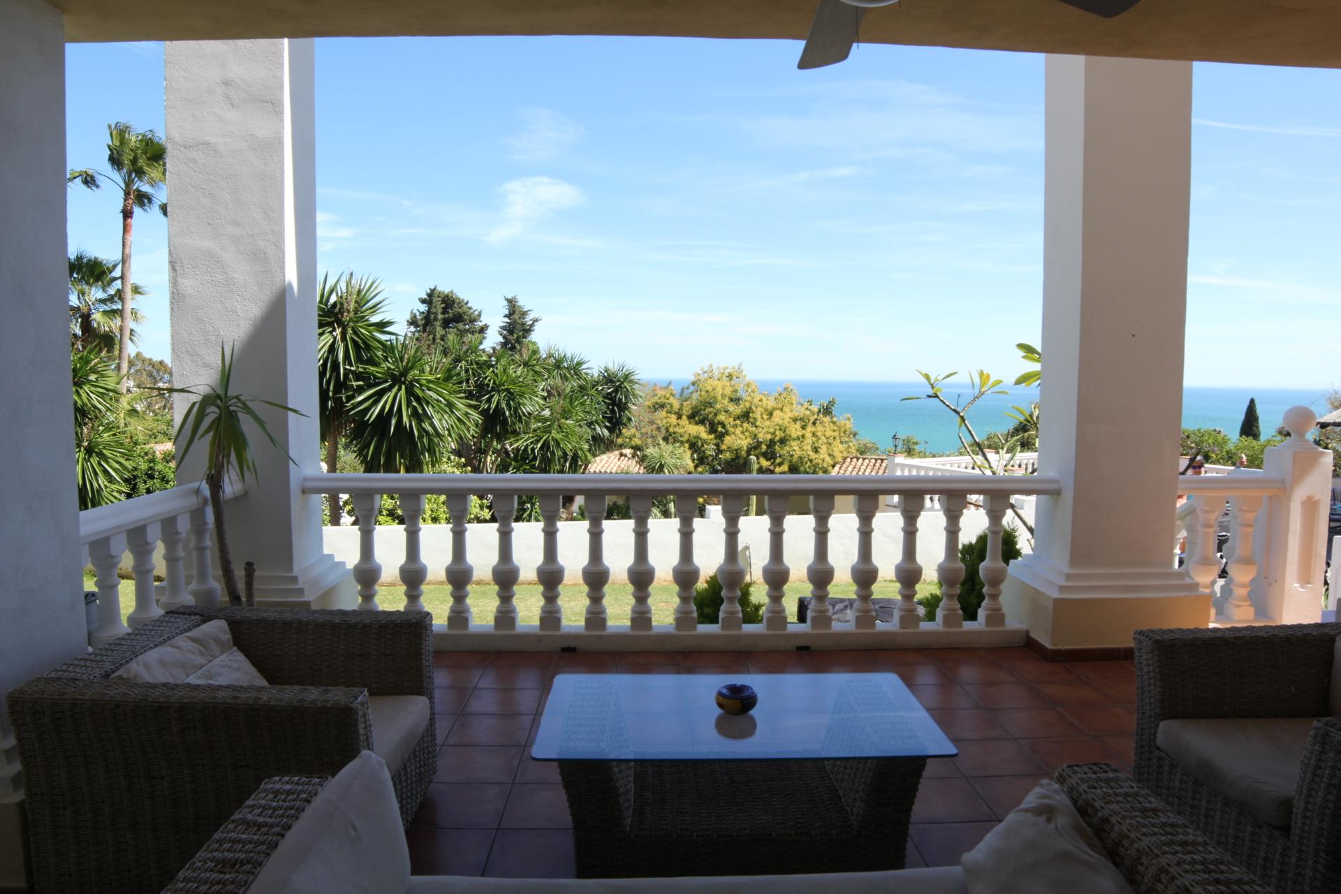Frühstück mit Meerblick auf der Terrasse