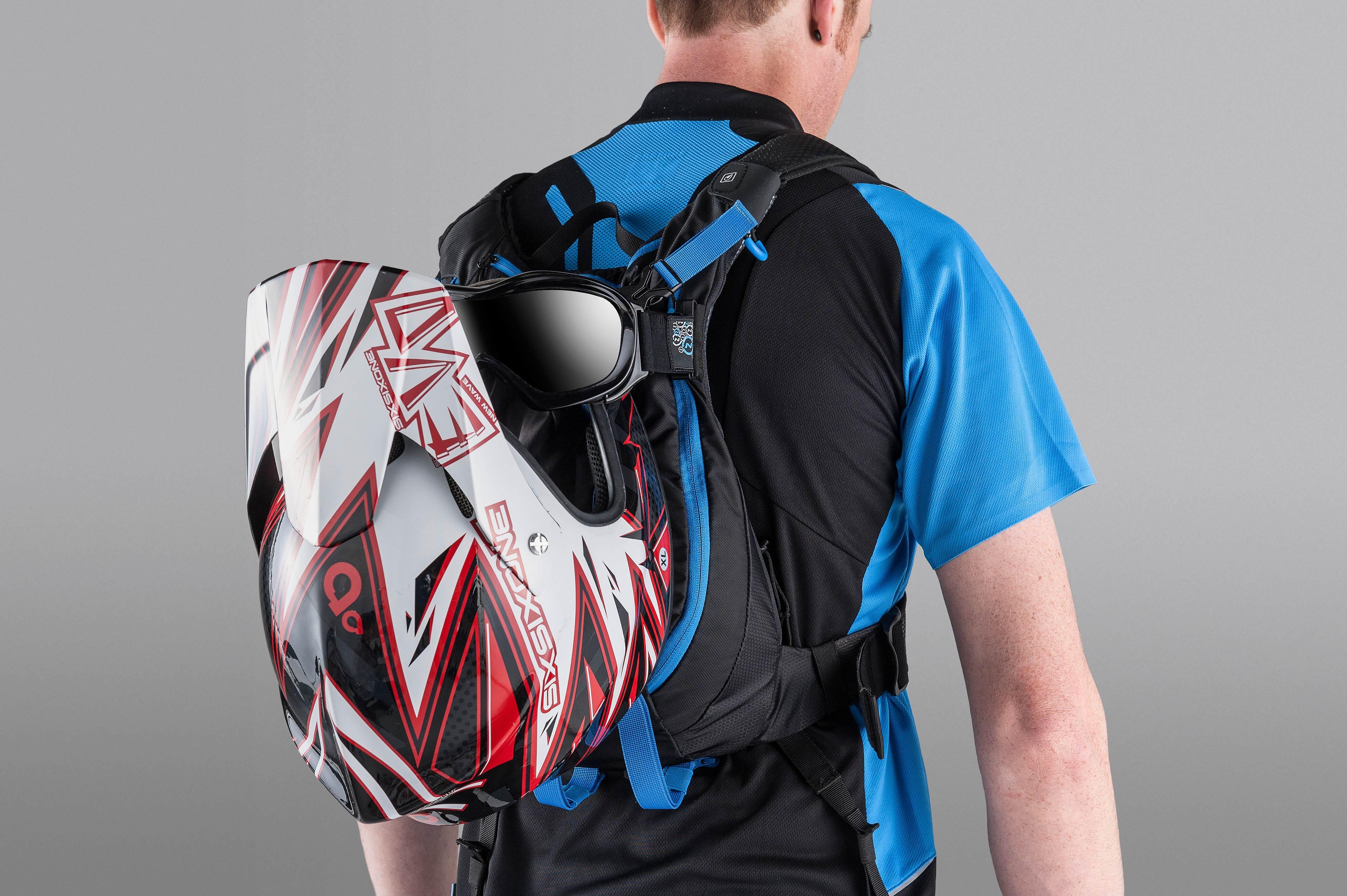 Auch der Fullface Helm findet problemlos Platz.