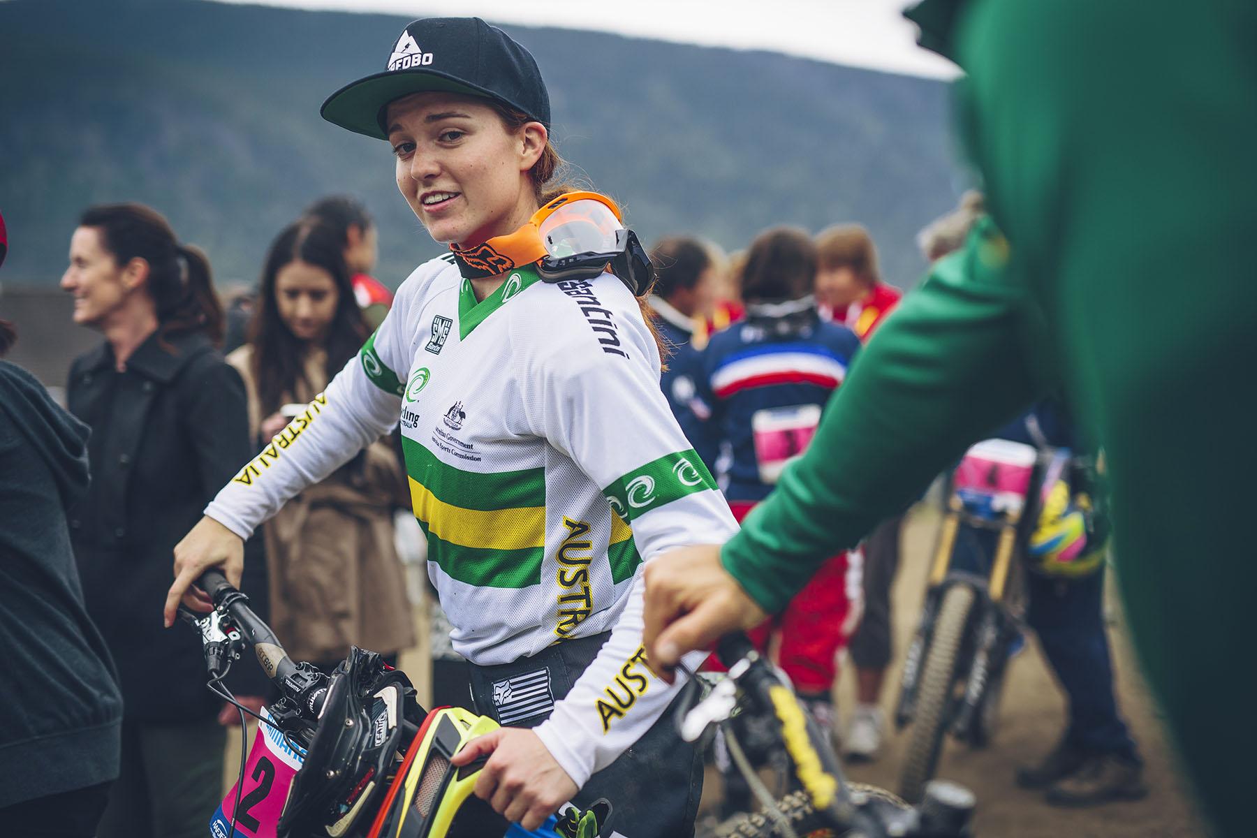 Tegan Molloy war die erste, die sich an diesem Nachmittag einen Titel holte. Junioren Weltmeisterin! Hier gingen nur drei Mädels in Rennen, die Deutsche Raphaela Richter fiel verletzungsbedingt leider aus.