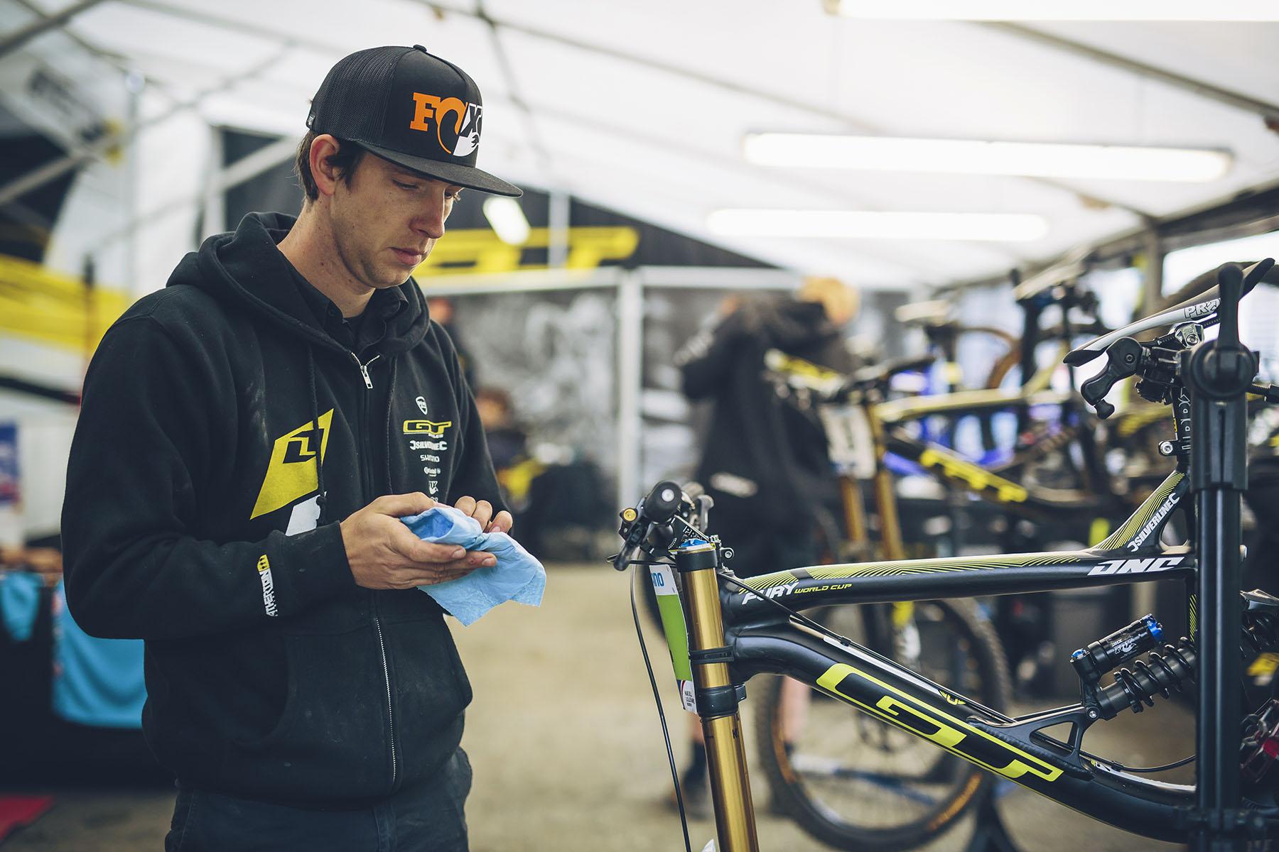 Pete, der Mechaniker von Gee Atherton, legt noch einmal letzte Hand an Gee's Bike!