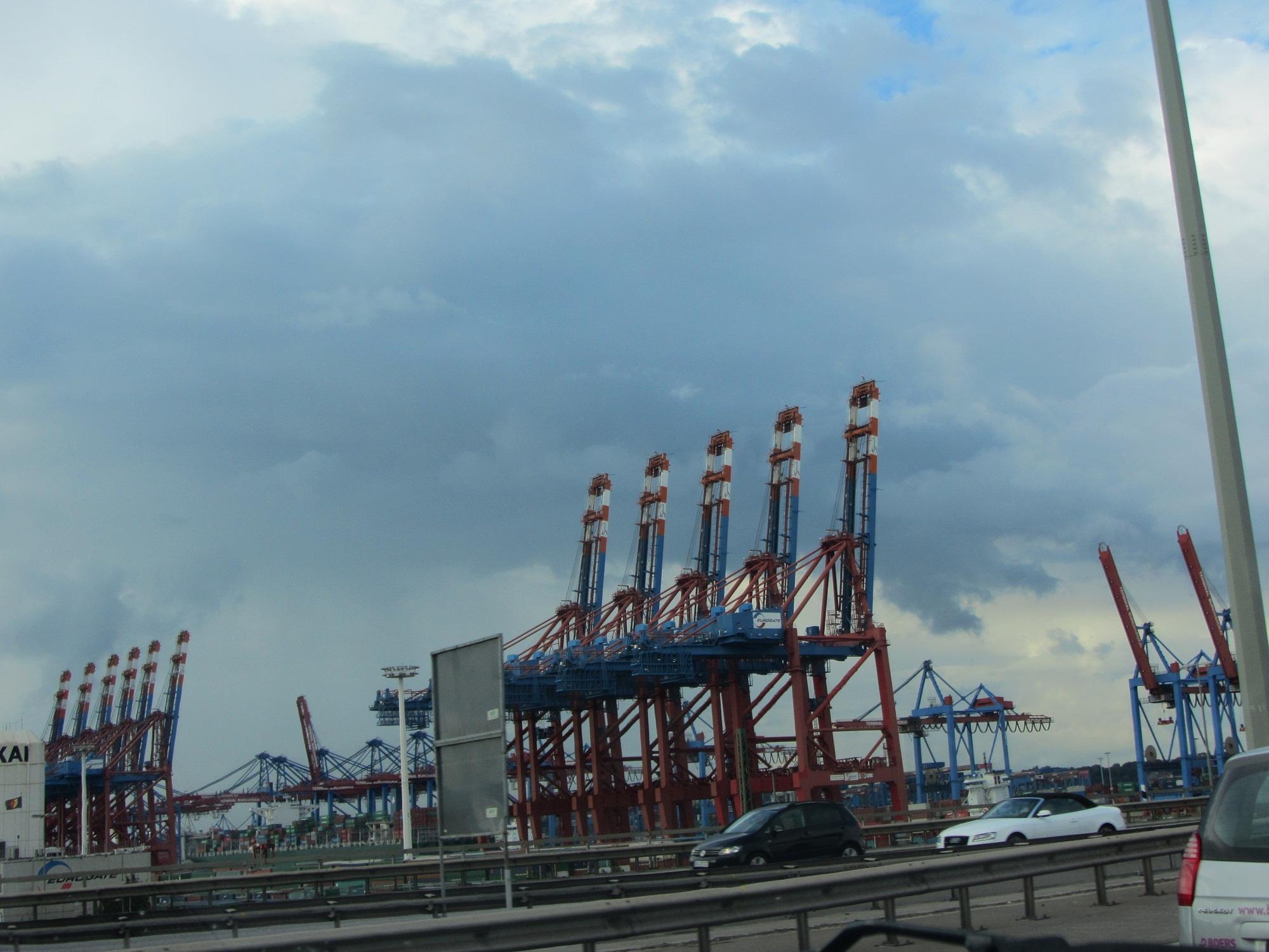 Auf der Autobahn durch den Hamburger Hafen. Zitat: