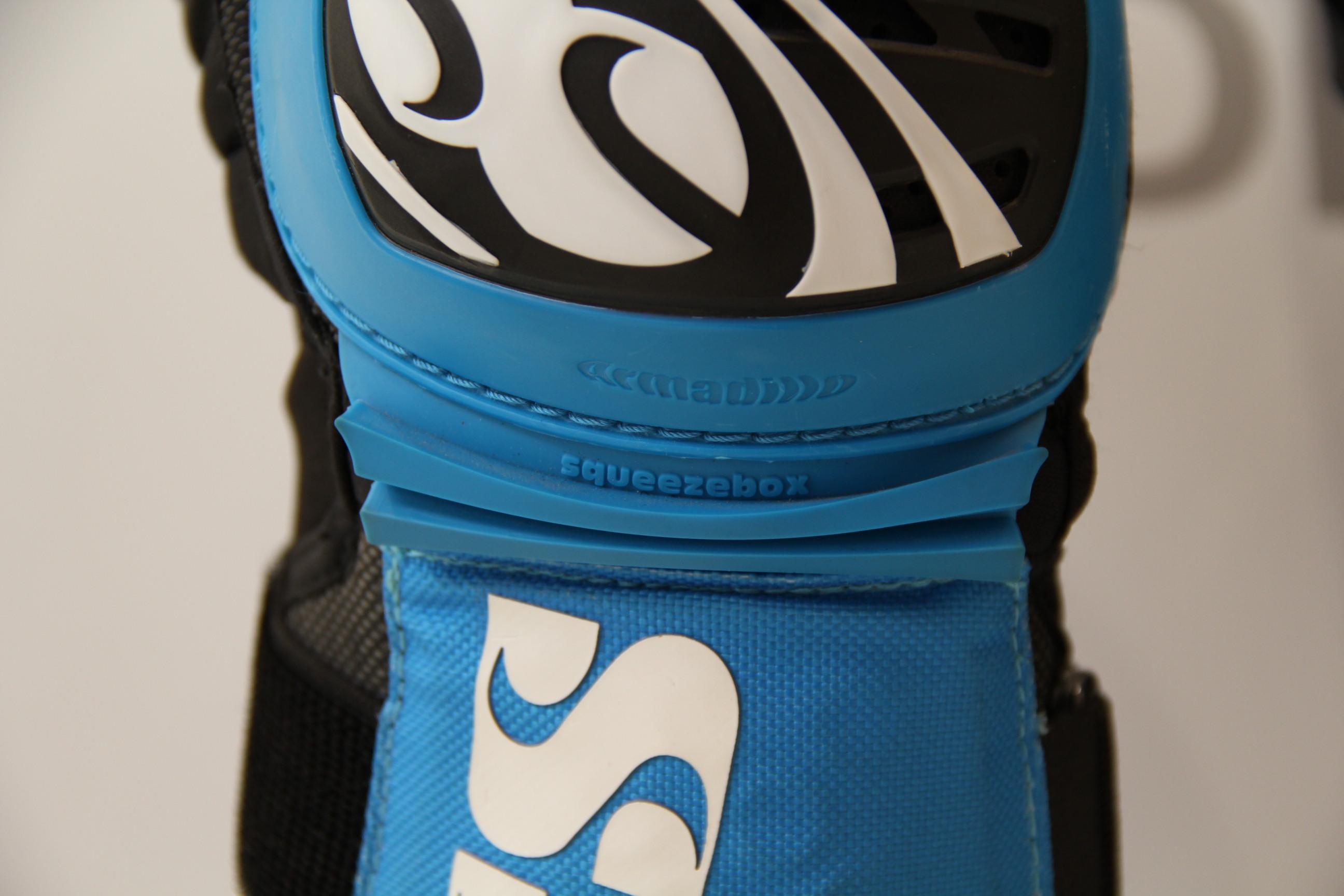 iXS Dagger Knee Guard jetzt in der Darren Berrecloth Edition in blau und grün
