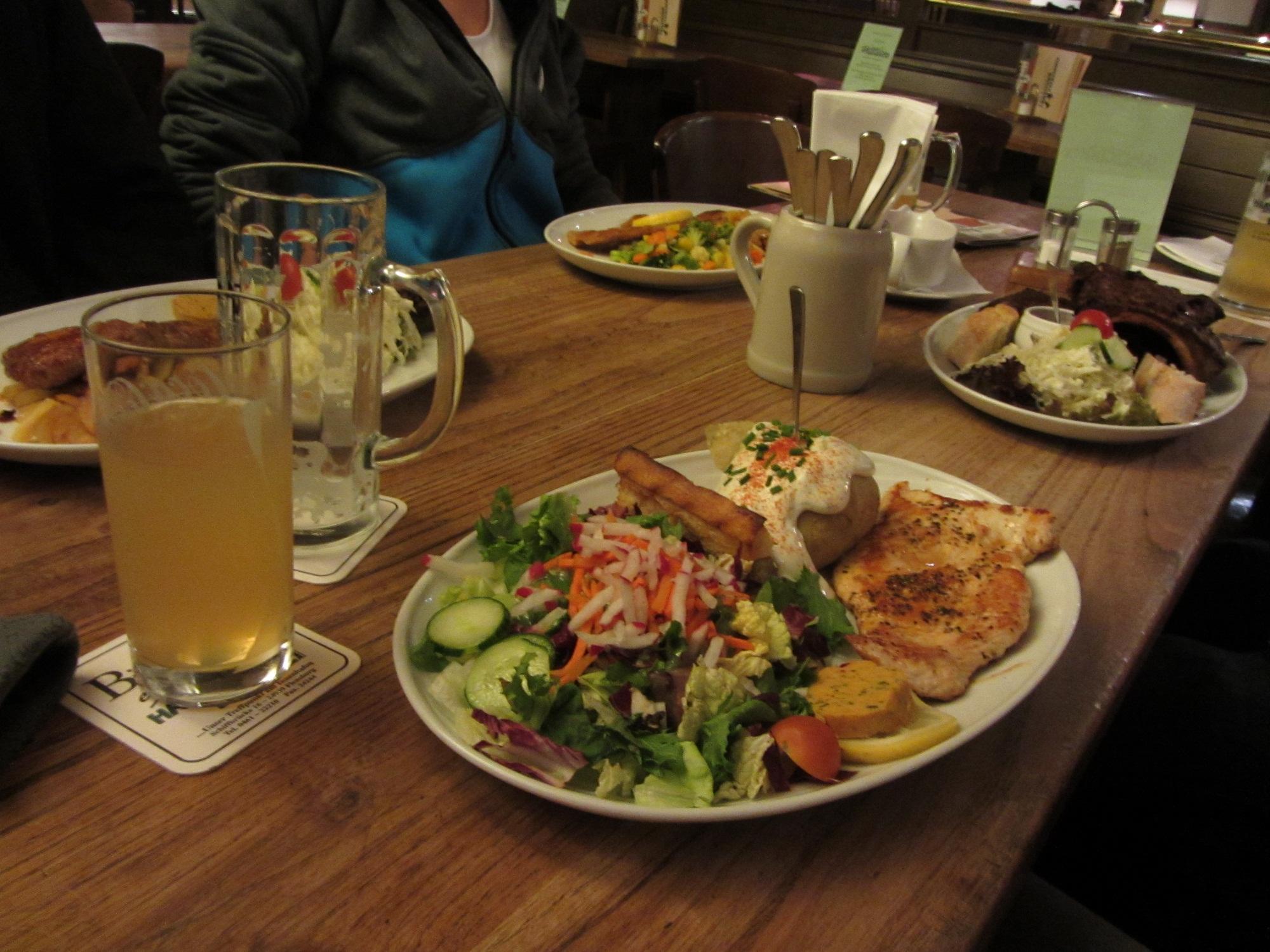 Keiner von uns Banausen hat Fisch gegessen...war trotzdem ein ausgesprochen leckeres (und großes) Abendessen. ©Jana Zoricic