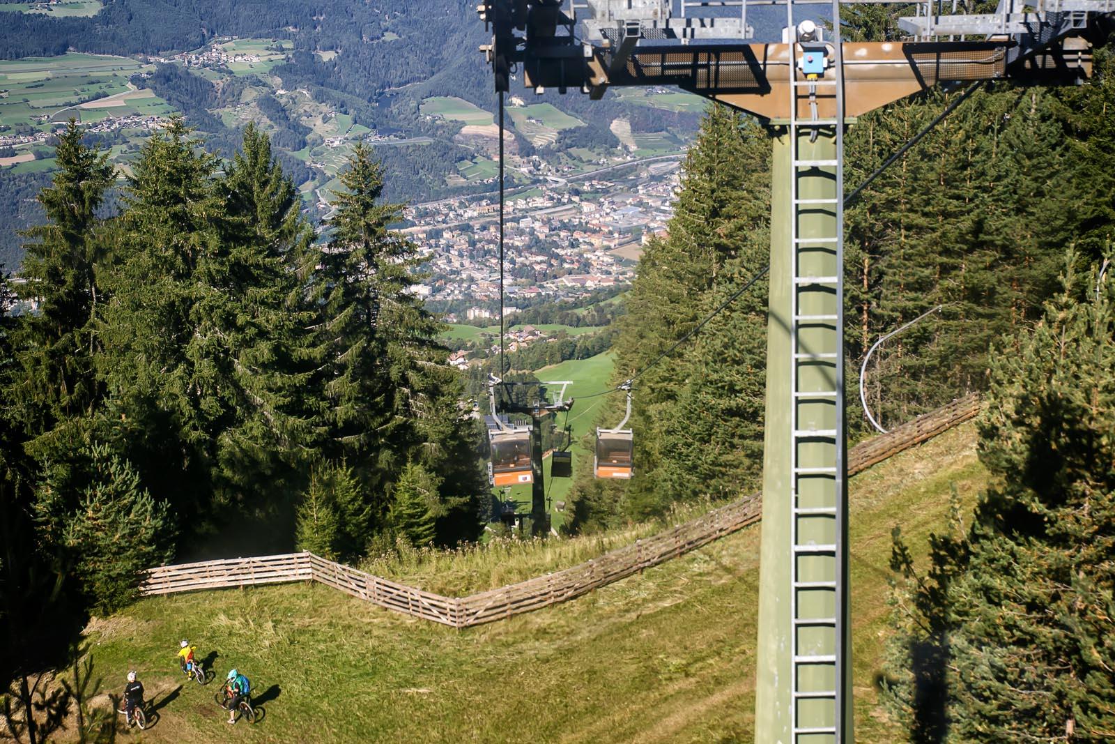 Der neu gebaute Freeride Trail schlängelt sich unter dem Lift den Berg hinab ©Arkadiusz Obszynski