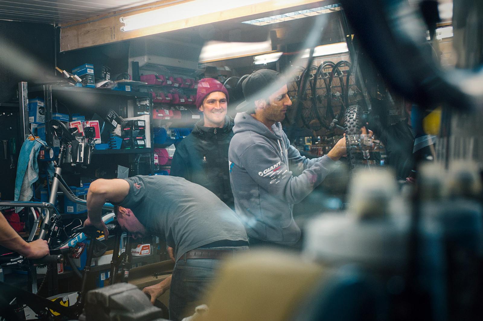 Brendan und Andrew Neethling schauten nochmal im Shop vorbei, um sich ein paar neue Reifen zu besorgen. ©Philip Ruopp