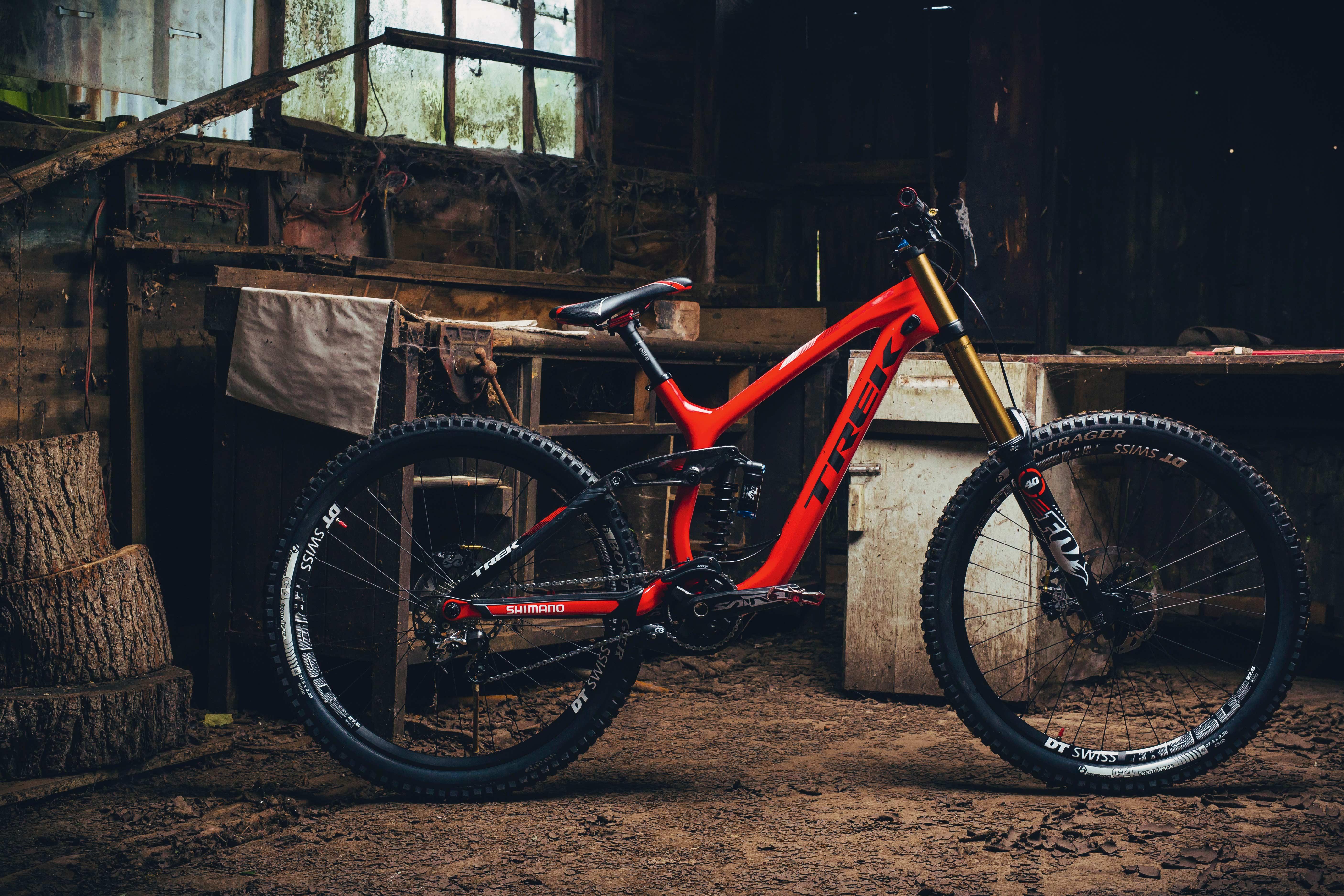 4 Carbon Downhill Bikes im Vergleich
