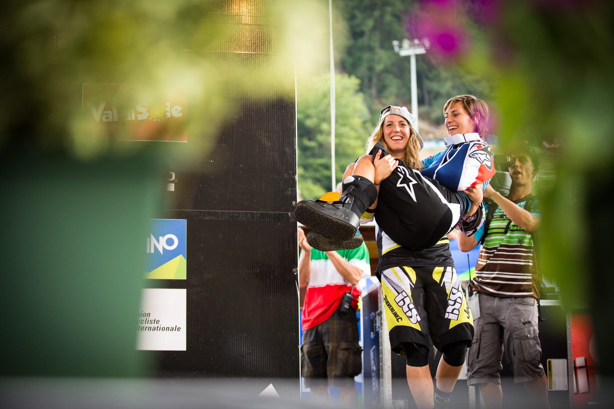 Emmeline Ragot kann seit ihrem Crash in Mont Sainte Anne noch nicht laufen, weshalb Rachel ihr dabei behilflich war, auf die Bühne zu kommen.  Foto: Seb Schieck