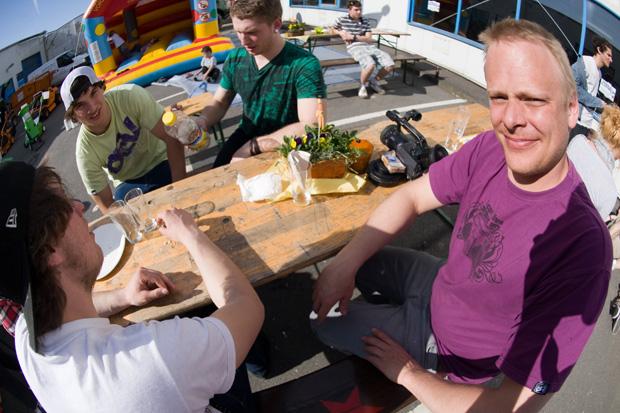 (V.l.n.r.) Patrick Windeck, Adrian Warnken, Alexander Bär und irgendso nen alter Sack am Stammtisch
