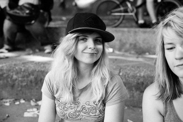Vanessa Gerner hatte keine Lust, sich auf dem Streetparcours um eine Lücke zu prügeln und chillte deswegen im Schatten. Morgen um 10.30 Uhr dann!