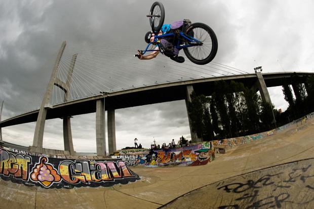 Wer in diesem Skatepark Fotos macht, der bezieht die Brücke mit ein. Die meisten Fotografen bringen aber Sommerwetter und blauen Himmel mit, während der von mir verwendete graue Himmel sehr viel dramatischer wirkt