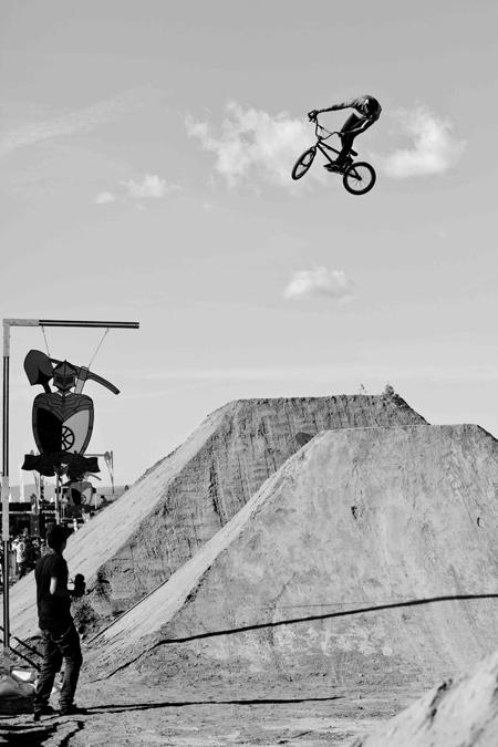 Josh Stead mit einem lockeren 360 in luftiger Höhe; Foto: Chris Dietschy