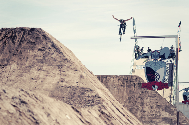 Desmond Tessemaker breitet seine Flügel für den Landeanflug aus; Foto: Syo Van Vliet