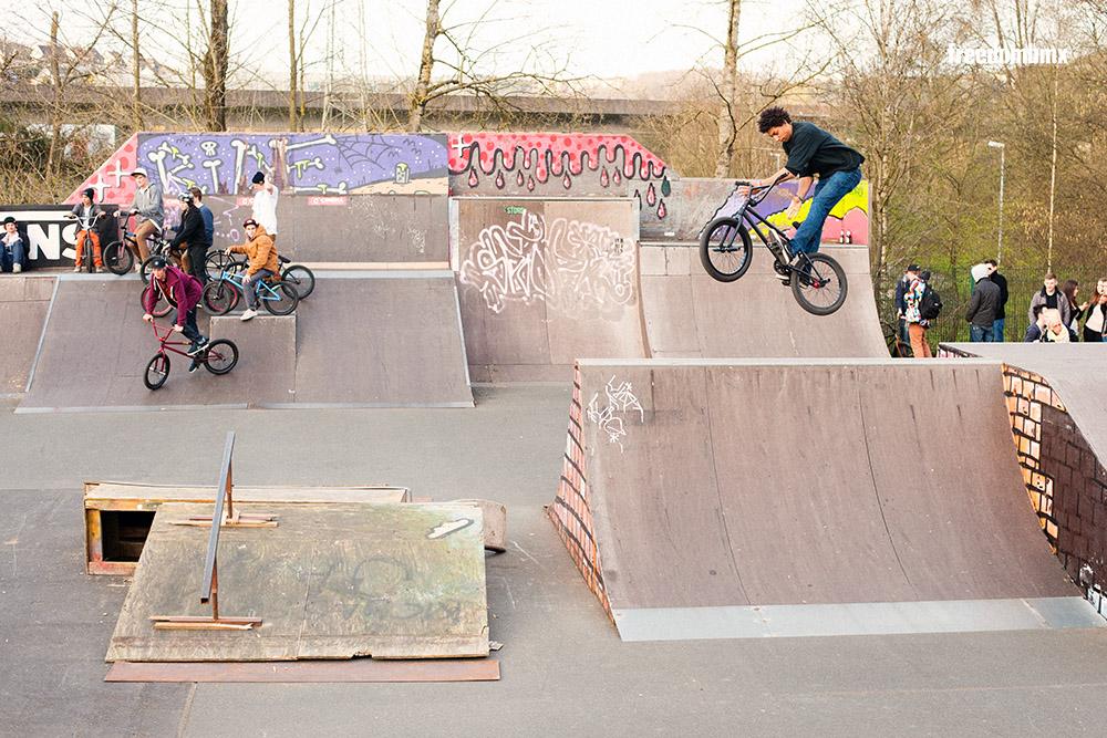 Daniel Portorreal teilte sich die gerundete Hälfte des Skateparks mit einem frontflippenden Scooterfahrer