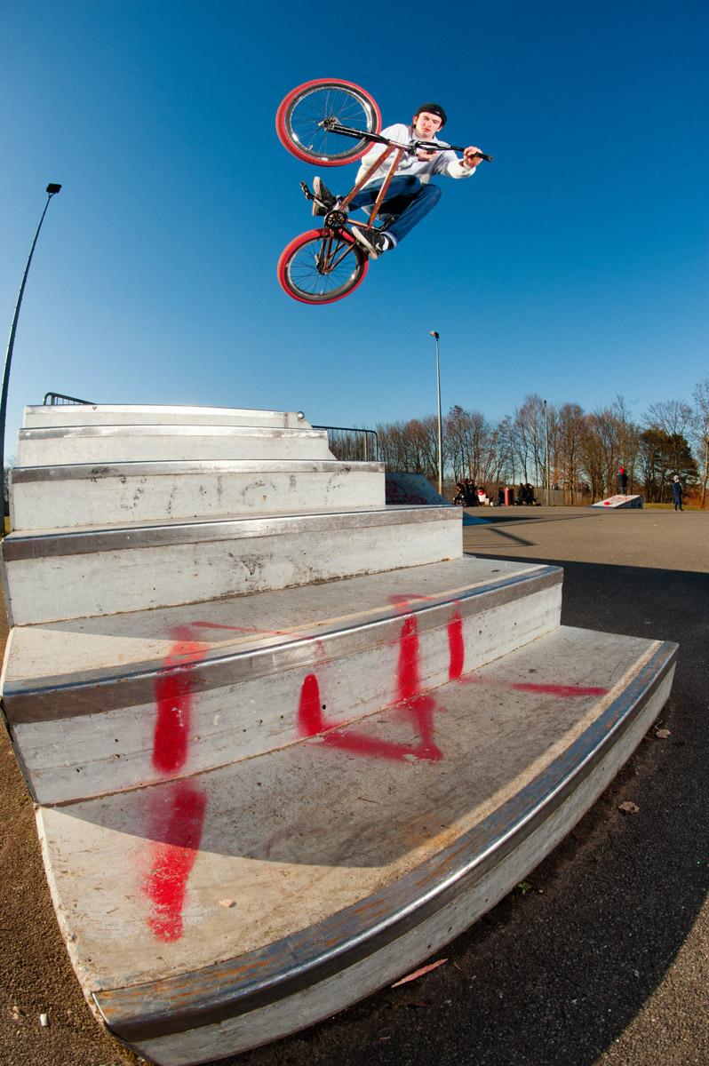 Niklas Wille, Table – Niklas ist wohl einer der wenigen Fahrer, die begeistert zustimmen, wenn man sie fragt, ob sie einen Tabletop machen und in der Treppe landen können.