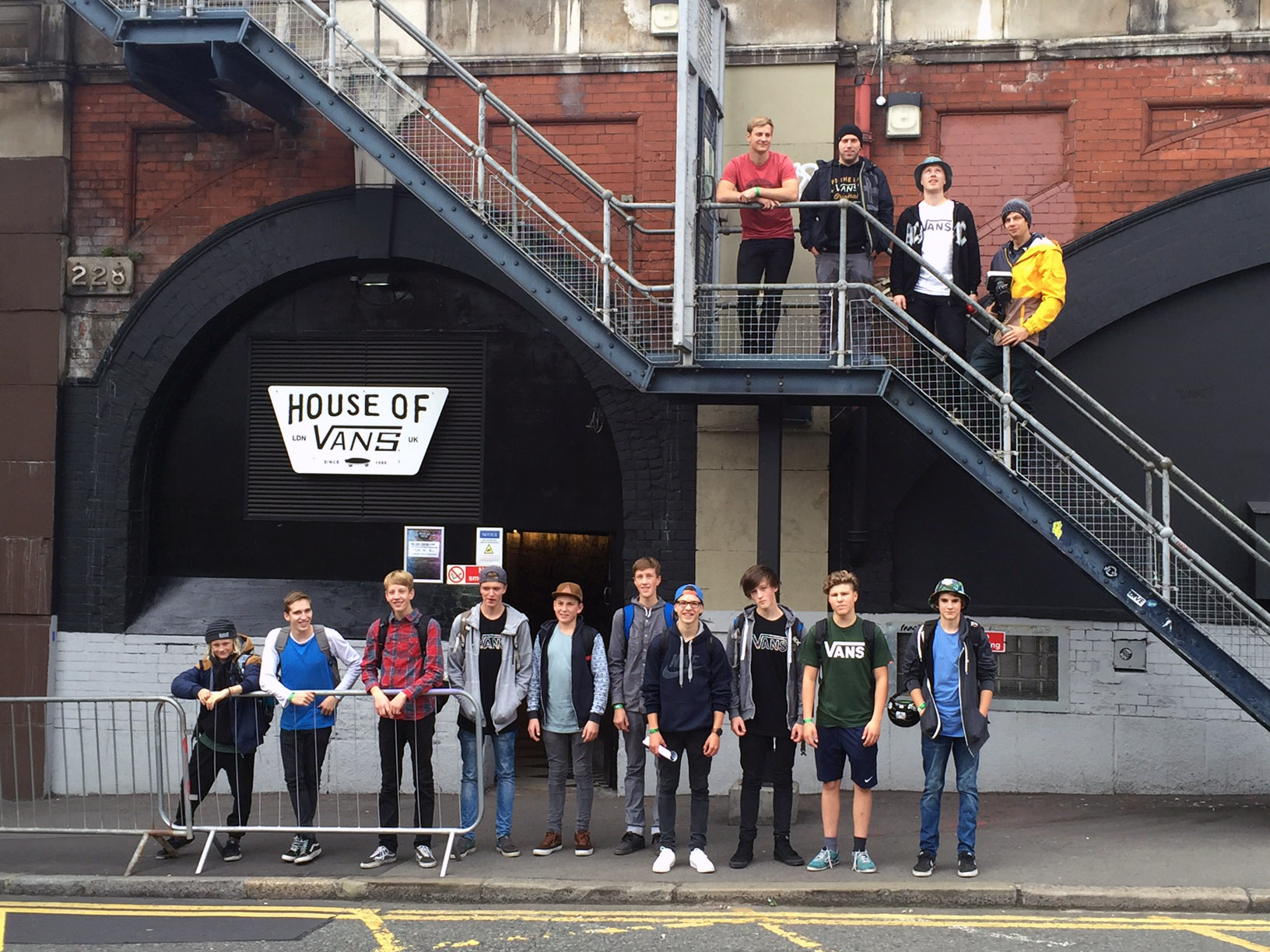 Die Delegation der Sportpiraten vor dem House of Vans in London