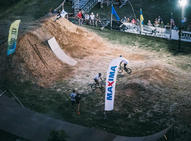 Der Fotobeweis: Obwohl die linke Landung des Quarter-to-Dirtbank-Obstacles einem Sandkasten ähnelte, war es durchaus möglich, mit etwas Glück dort Tricks auszufahren