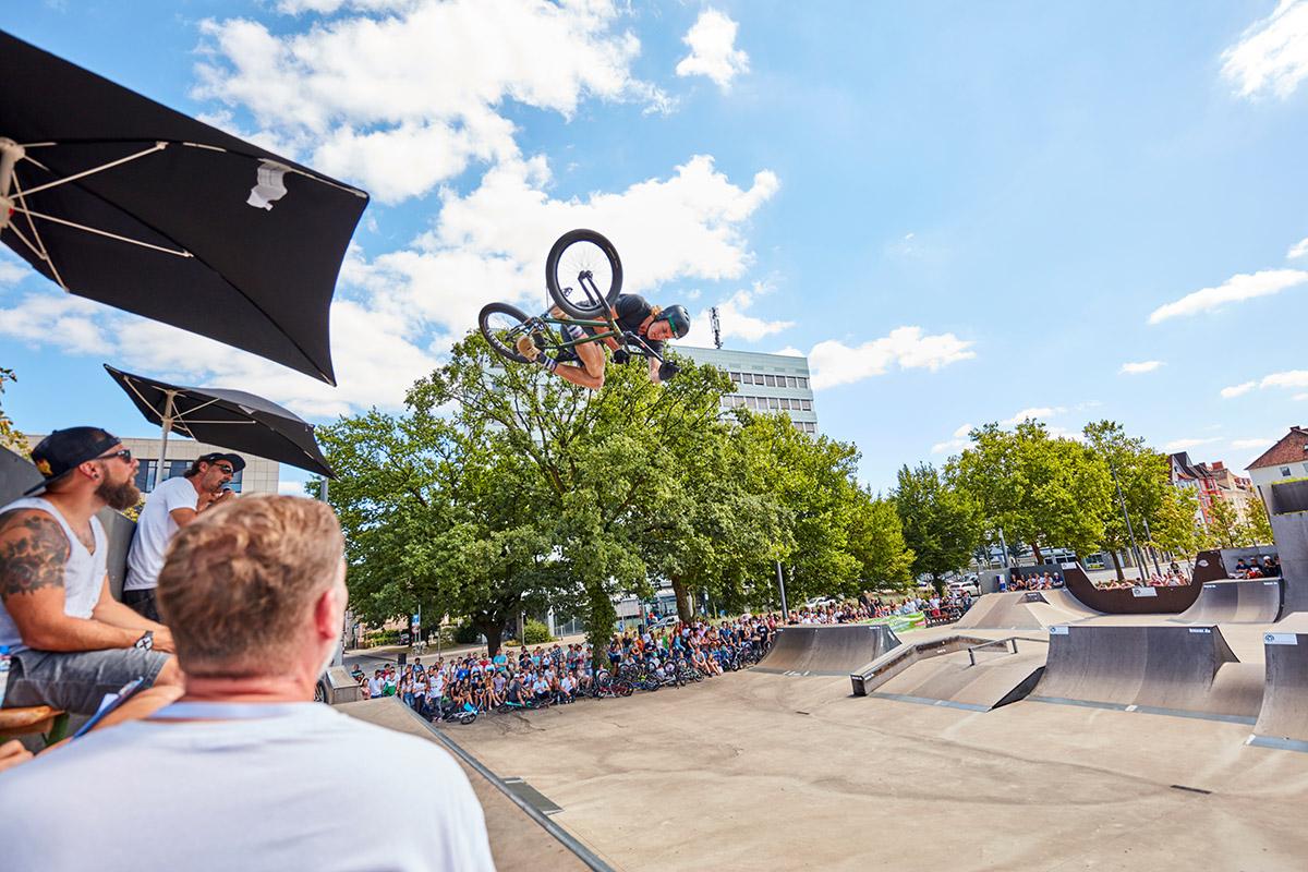 Michael Hanfler bei seiner Lieblingsbeschäftigung: Fliegen! An Michaels Homespot, den Motion Trails in Bremen, findet am 11. August übrigens ein Jam statt. Be there!