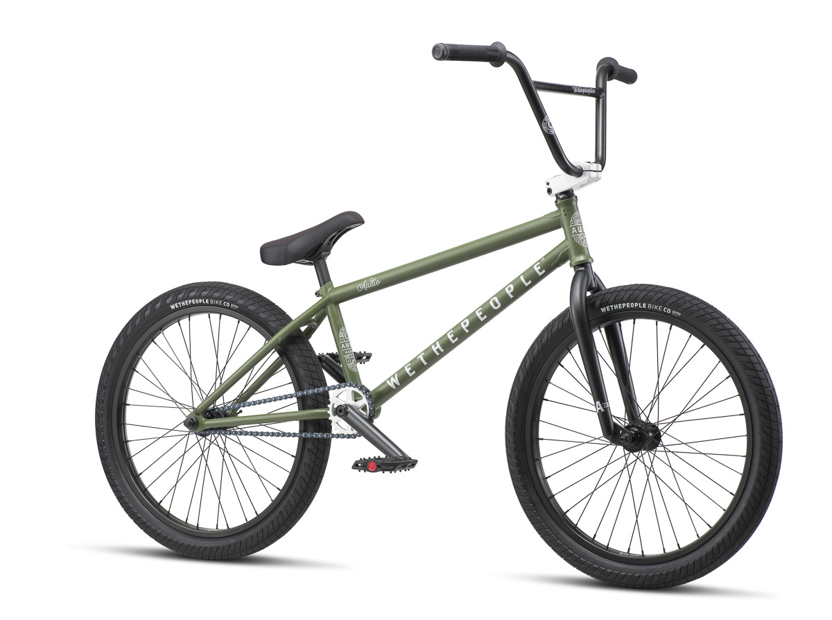 wethepeople hat auch in diesem Jahr wieder Kompletträder für die langen Lulatsche unter euch im Programm. Hier haben wir zum Beispiel das Audio mit seinen 22''-Laufrädern, das sich hervorragend zum Trailsfahren eignet
