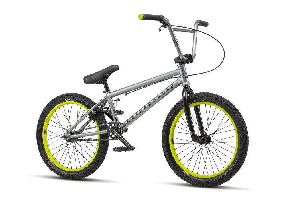 Beim Nova-Einsteigerrad hat wethepeople ein wenig am Preis geschraubt, ohne jedoch bei der Qualität Kompromisse einzugehen. Mit einer Oberrohrlänge von 20'' ist es ideal für Einsteiger_innen bis zu einer Körpergröße von 1,60 m. Das Rad ist in drei Farbcombis erhältlich. Hier haben wir die Quicksilver-Version