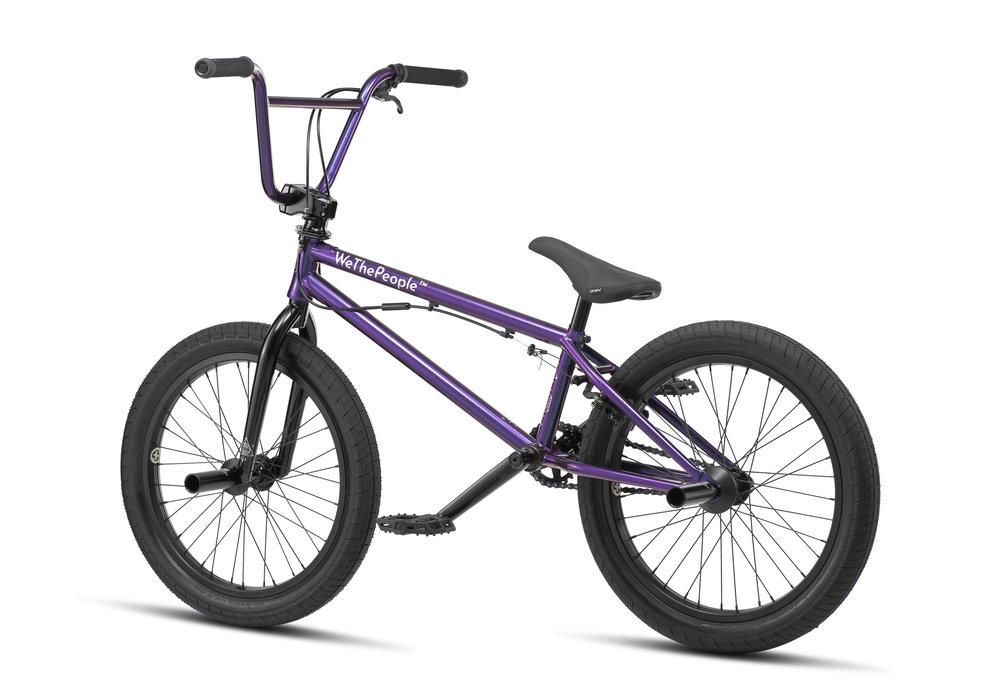 Das Versus ist die Parkmaschine von wethepeople, dementsprechend ist das Rad mit einem Rotor von SaltPlus, flachen éclat-Pedalen und Aluminumpegs von wethepeople ausgestattet