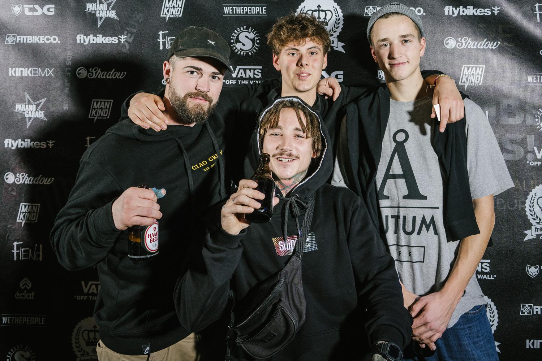 Kevin Nikulski (Mitte) umringt von treuen Fans