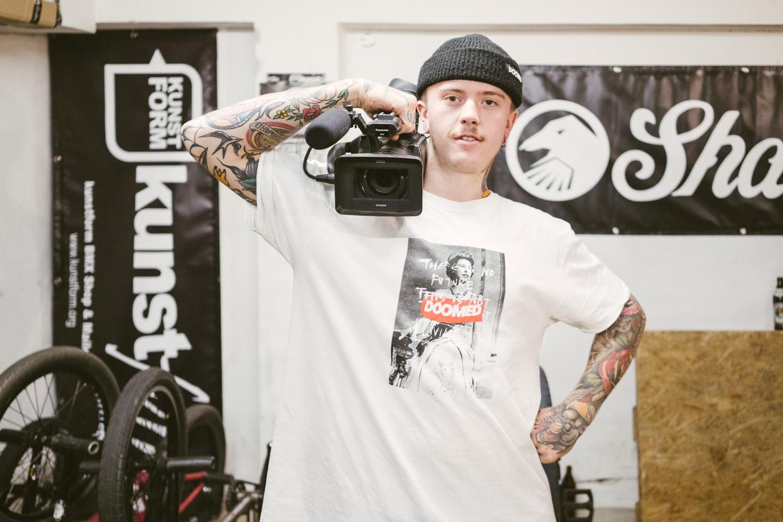 Kamerakind Felix Prangenberg präsentiert sein Aufzeichnungsgerät