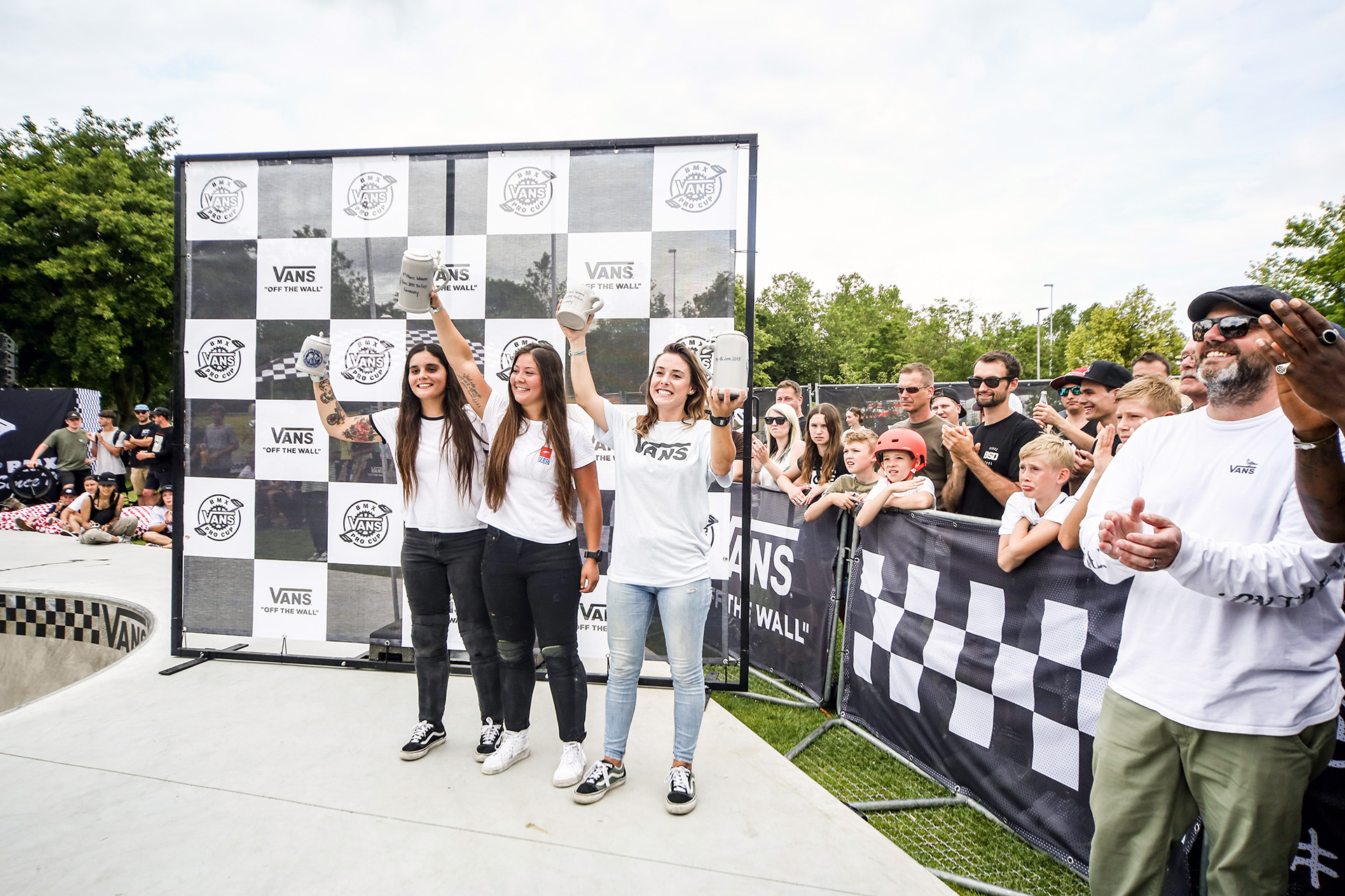 Die Gewinnerinnen des VANS BMX Pro Cup 201 in Waiblingen sind (v.l.n.r.): Macarena Perez (2.), Perris Benegas (1.) und Teresa Azcoaga (3. und Gewinnerin des Highest-Air-Contests)