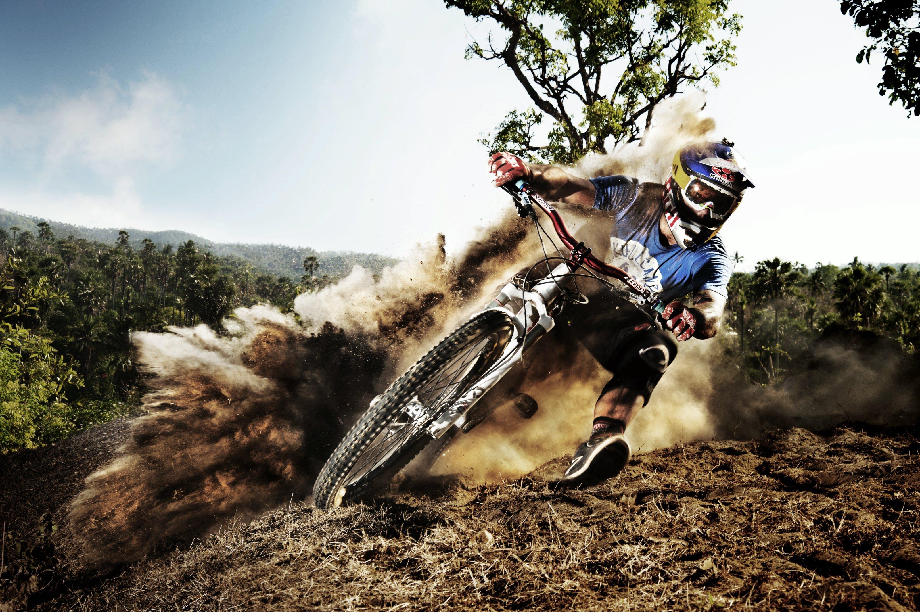 Tomas Slavik wirbelt mächtig Staub auf; Foto: Red Bull