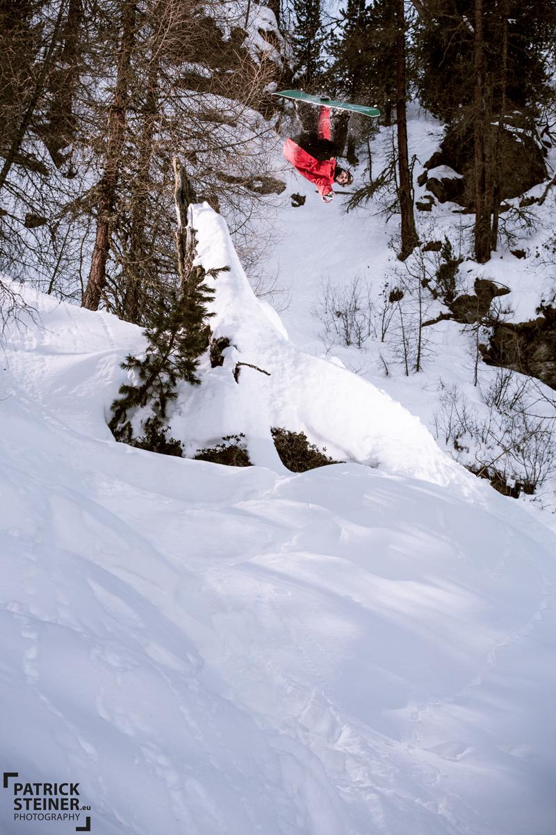 Mario Käppeli fliegt durchs Backcountry; Foto: Patrick Steiner