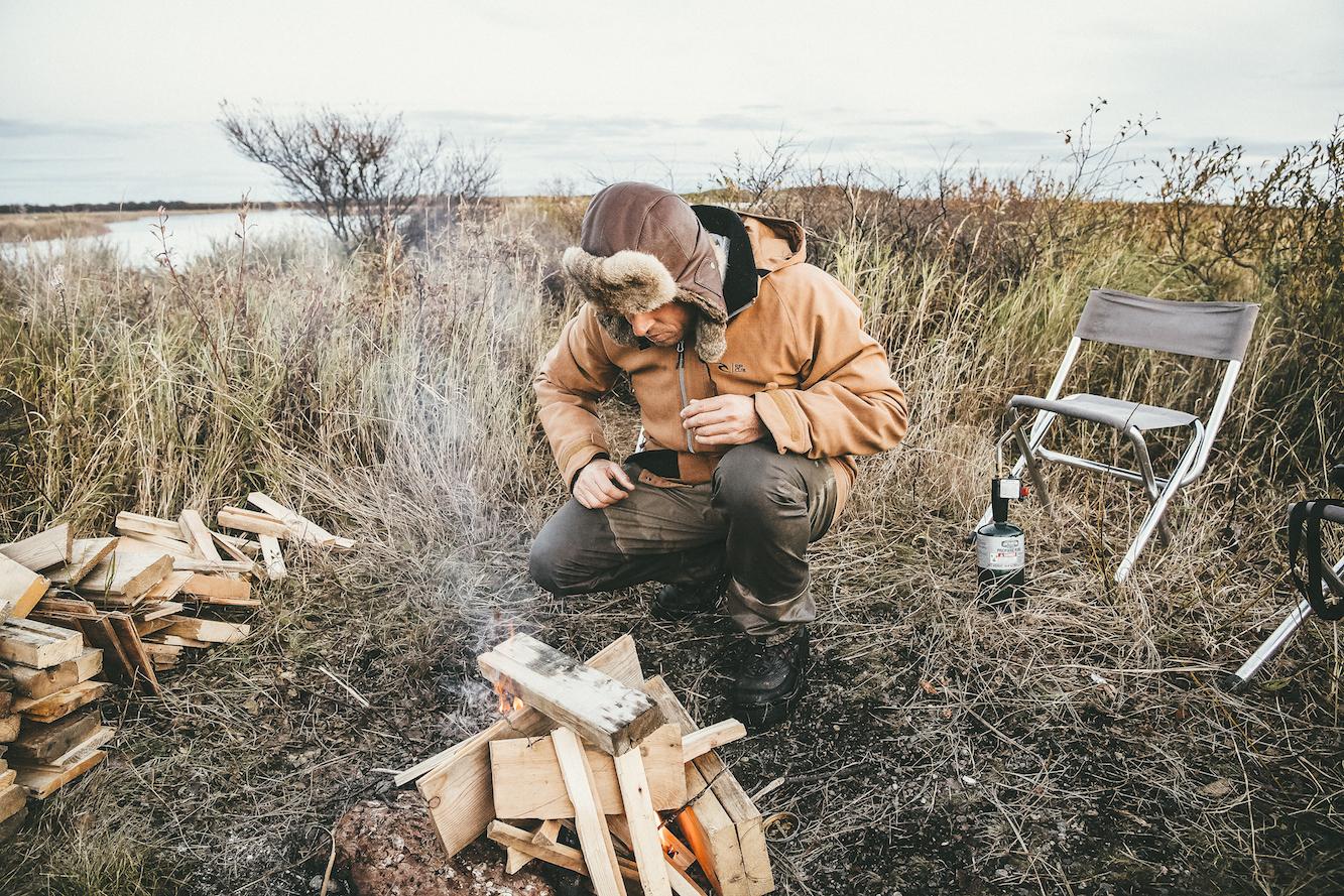 Mick Fanning heizt das Lagerfeuer in Alaska an. Credit: Kirstin Scholtz