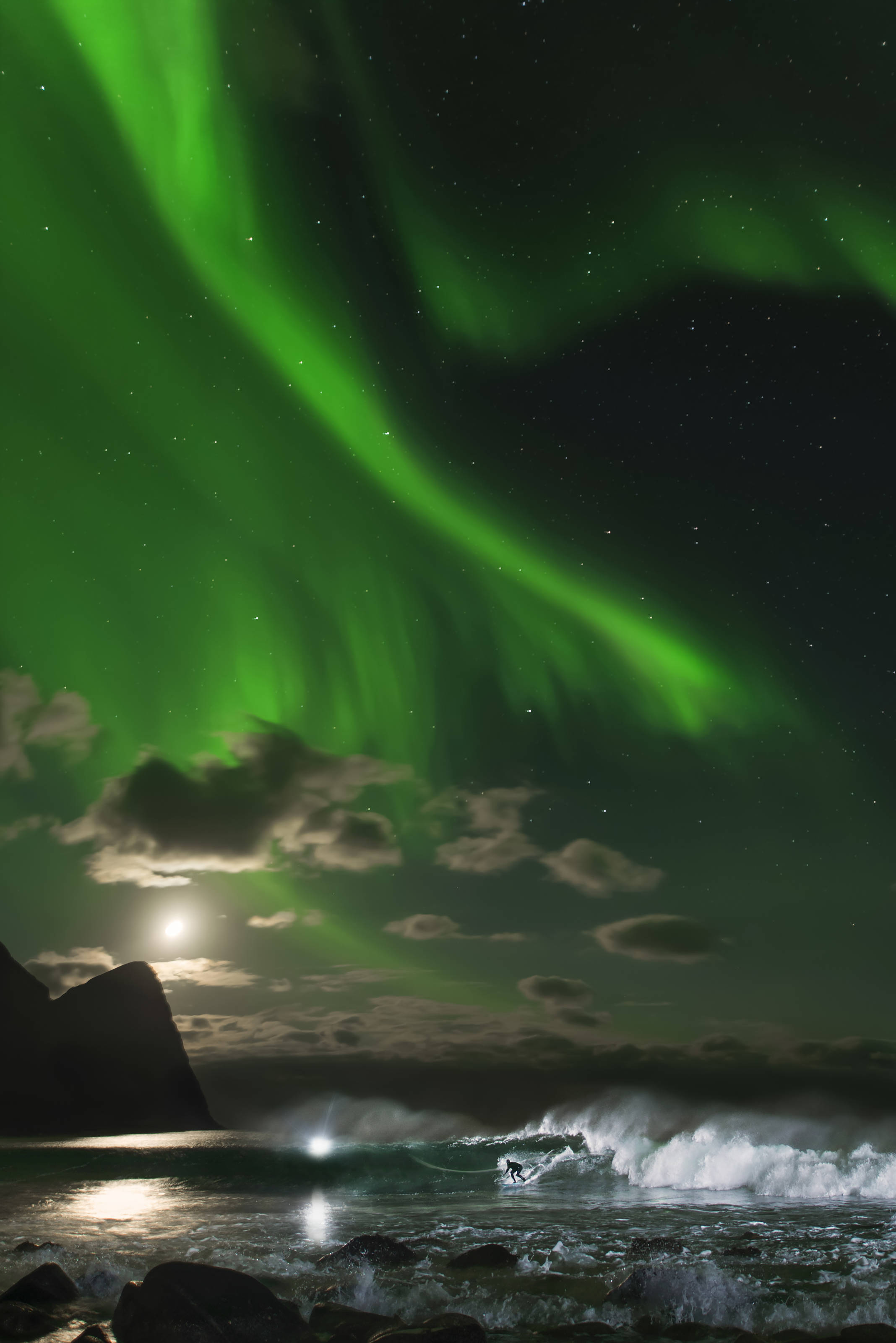 Mick Fanning surft unter den Nordlichtern an der Küste Norwegens. Credit: Red Bull Content Pool