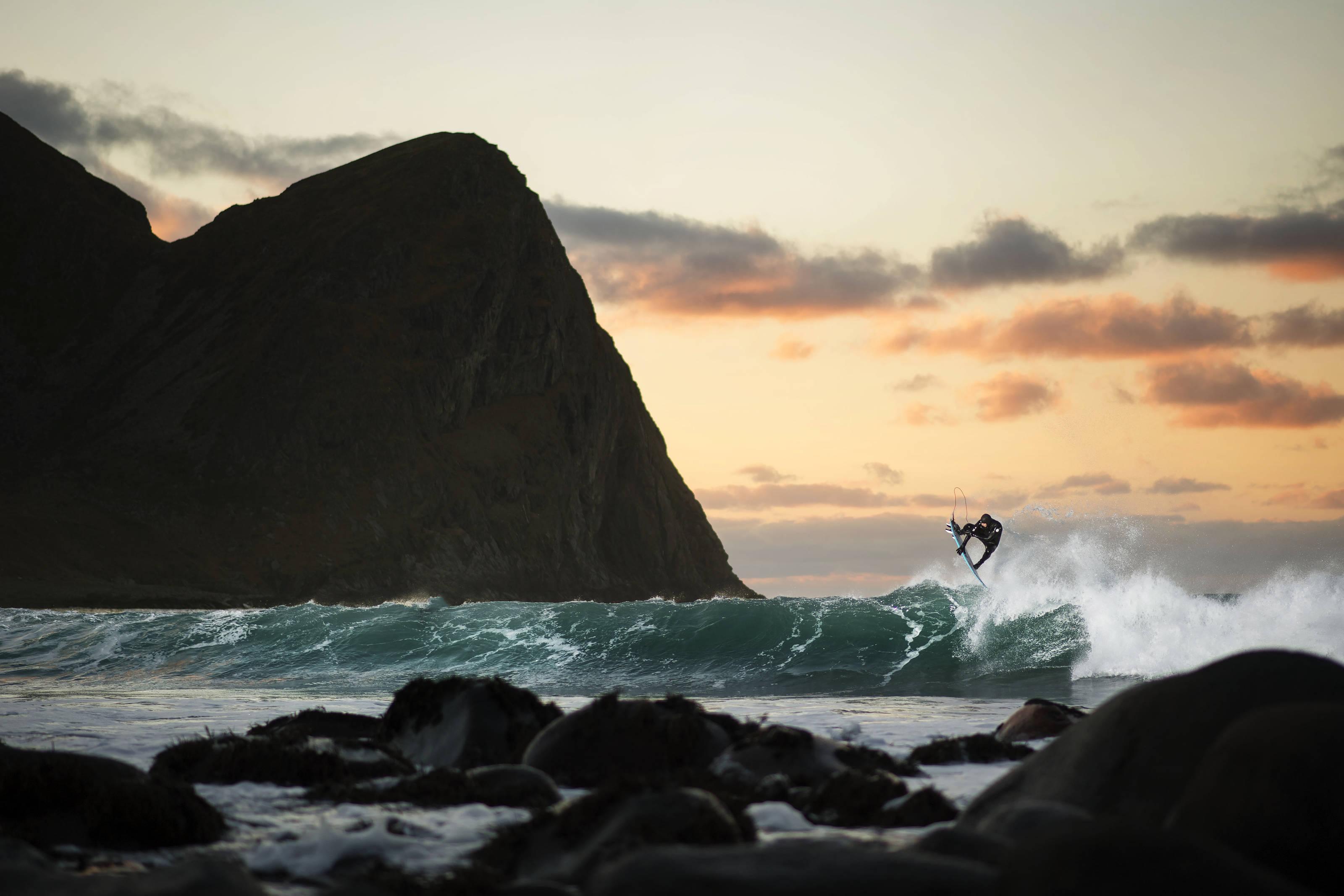 Mick Fanning surft auf den norwegischen Lofoten im November 2016. Credit: Red Bull Content Pool