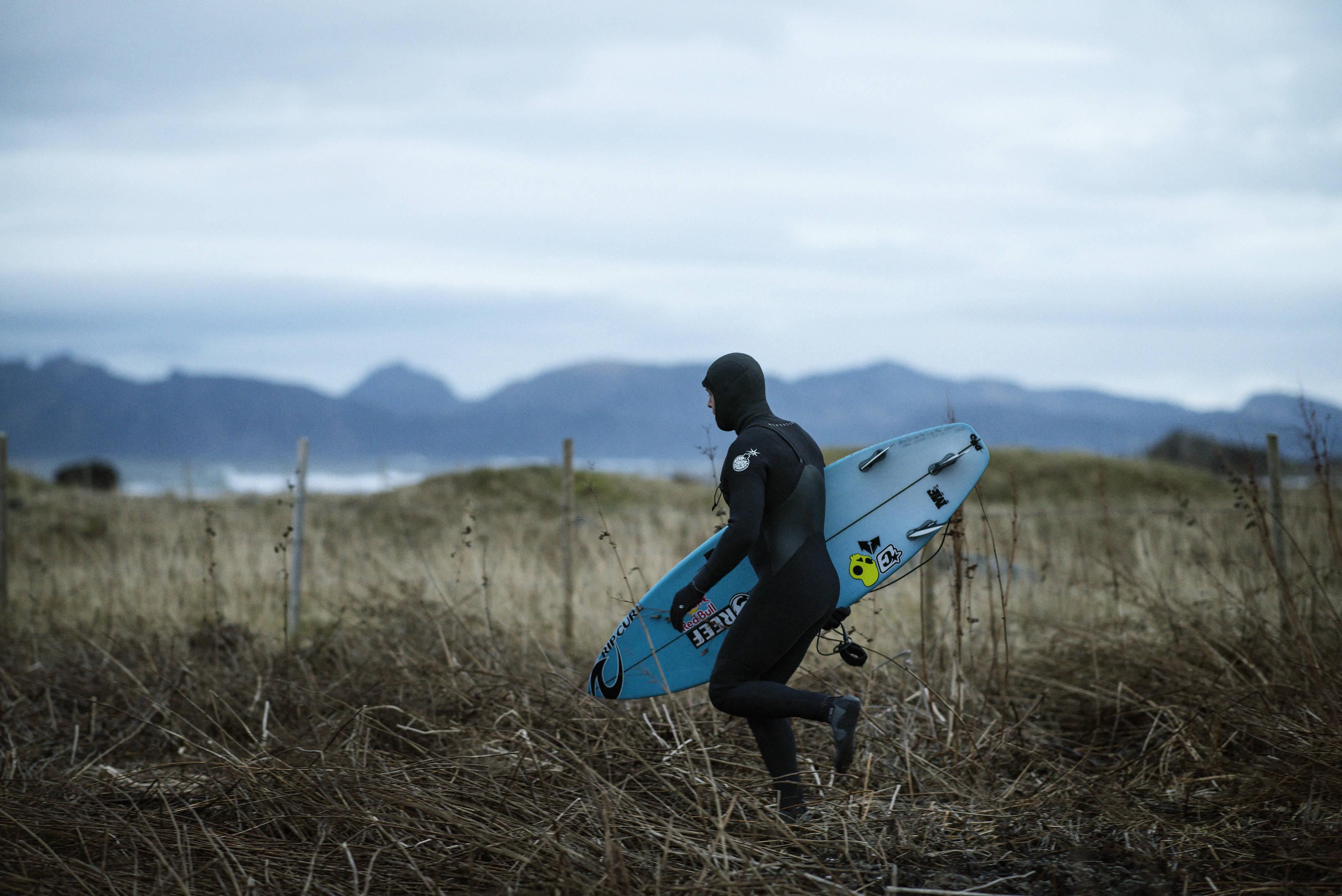 Mick Fanning auf dem Weg zu einer Solo-Surfsession auf den Lofoten. Credit: Red Bull Content Pool