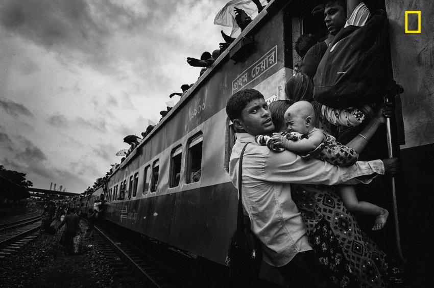 Dritter Platz, Kategorie Menschen: Familienvater während der Eid-Feiertage am Flughafenbahnhof von Dhaka, der Hauptstadt von Bangladesch || Foto: MD Tanveer Hassan Rohan/ National Geographic 2018 Travel Photographer of the Year