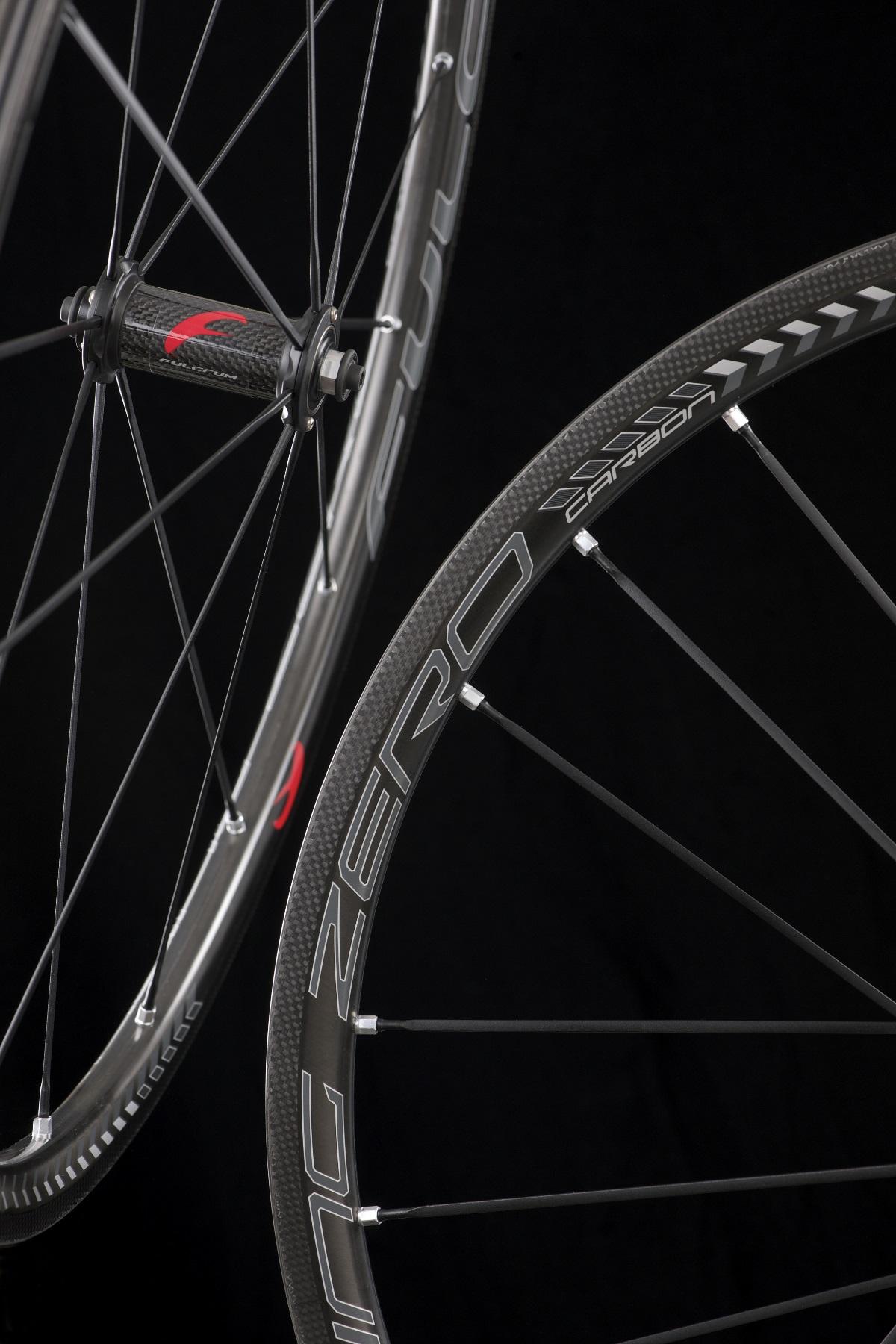 Die Einspeichung der Racing Zero Carbon-Felgen. Die Speichen sind aus Alu.